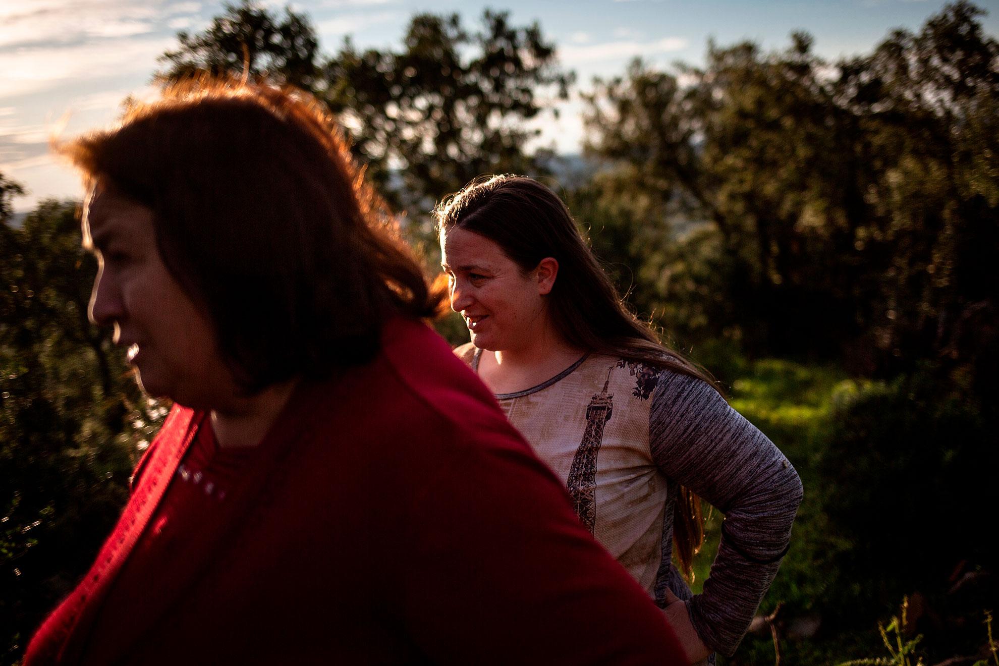 Antonia (58 años) y su hija Aurora (28 años) son dos generaciones de ganaderas. Viven en La Aulaga (Sevilla), una pequeña aldea de 40 habitantes. Esta tarde han subido a la finca a controlar las vacas. El sector ganadero está siendo duramente golpeado por la crisis del coronavirus. Además del desplome de las ventas y de precios con la caída del consumo, están sin poder tomar las muestras veterinarias de su ganado para controlar la salud de sus animales. Los laboratorios también están cerrados durante esta crisis del COVID19. El sector va a necesitar ayudas públicas para salir de esta crisis. Mientras estas llegan, las familias ganaderas de la zona se ayudan como antiguamente: con trueque y cadenas de favores. A pesar de la incertidumbre del futuro, saben del privilegio de poder salir de casa cada día con sus animales. En su finca de alcornoques y encinas están seguras. Es en el momento de coger el coche para regresar a casa, cuando se ponen los guantes protectores y se termina la calma.