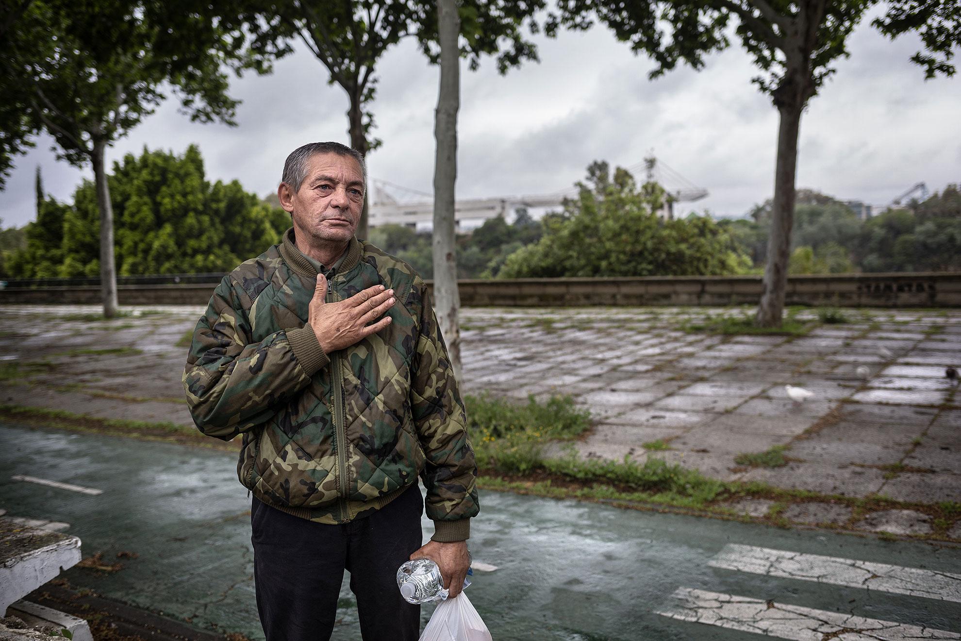 Sevilla Constantin (54 años) procede de Rumanía. Es otro de los habitantes sin hogar de la ciudad de Sevilla. Por su temor a contagiarse del COVID19 en los recintos comunitarios habilitados por el Ayuntamiento, ha decidido seguir en la calle durante el confinamiento, aún a pesar de que las fuentes o baños públicos están clausurados por ser posible cuna de contagios. Hasta conseguir un simple vaso de agua es un desafío hoy para alguien como él. Por eso, cuando los voluntarios de Médicos del Mundo le ofrecen una botella de agua y una bolsa con bocadillos y piezas de fruta, él les corresponde con un gesto emocionado cargado de honestidad y gratitud.