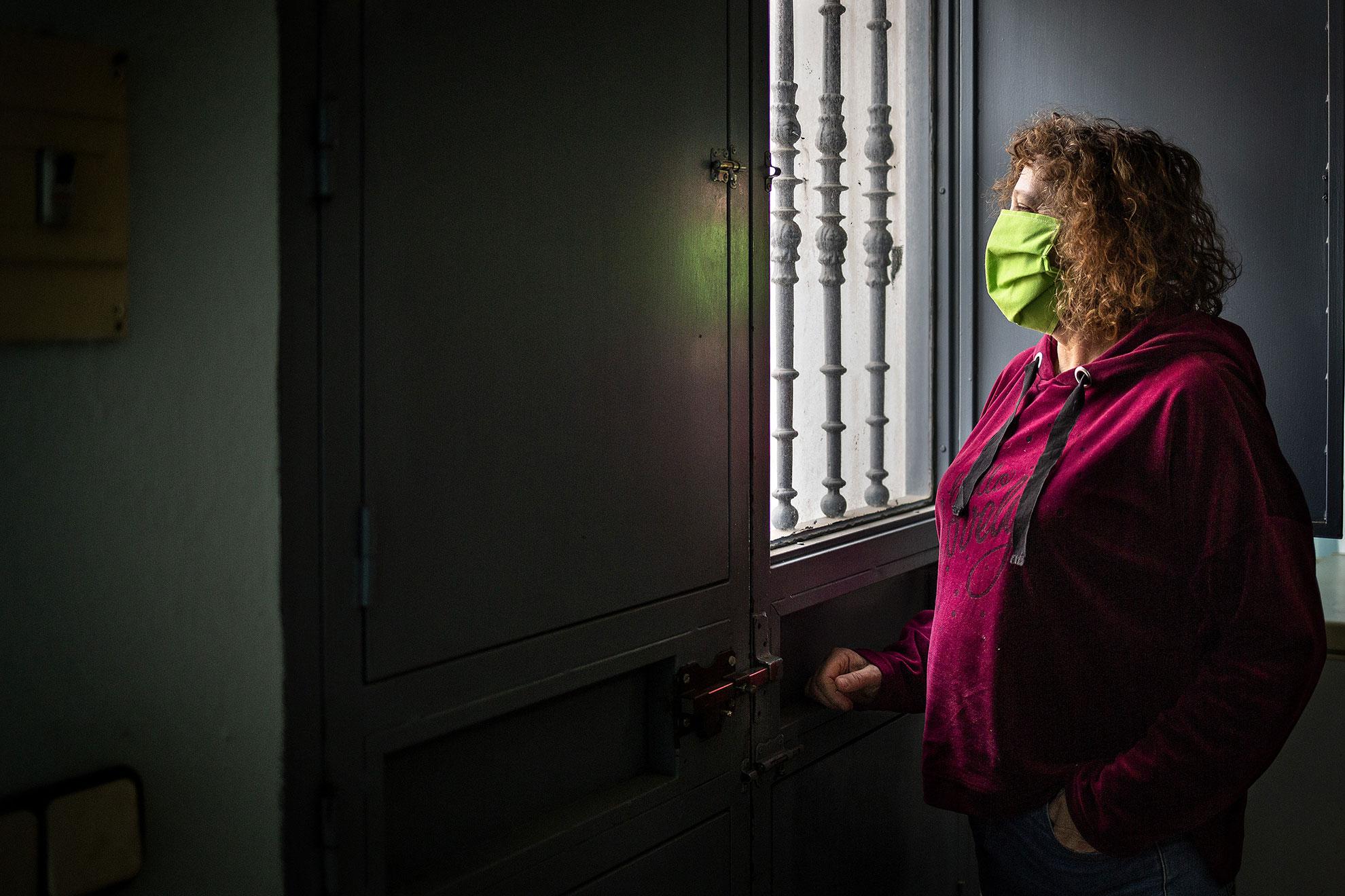 Marisol es auxiliar de enfermería. Se contagió de COVID19 trabajando en el Hospital de Riotinto. Poco más tarde también se contagiaron dos de sus hijos y su esposo. Lo peor de la enfermedad ha sido el aislamiento y también la preocupación por su marido, paciente de riesgo al tener que ir a diálisis. Hoy está esperando la llegada de la ambulancia de su marido. Desde que se confirmó su positivo tiene que desplazarse en un transporte sanitario especial hasta el hospital de Huelva para someterse a su diálisis. Su habitual hospital de Riotinto, apenas a 15 km de su domicilio en Zalamea la Real, carece de los medios que precisa un paciente COVID en diálisis. Cada dos días, casi 10 horas y más de 140 km entre viajes y hospitales. A día de hoy más de 26.000 sanitarios españoles han contraído el COVID19.