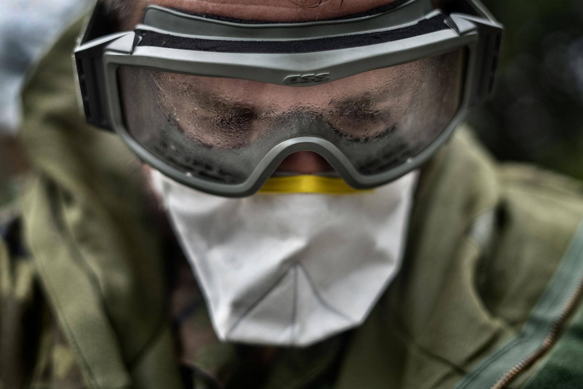 Un militar del Ejército de Tierra de la base de San Fernando (Cádiz), realiza tareas de desinfección en la Hospedería Reina de los Ángeles (Aracena, Huelva) que alberga 14 ancianos contagiados por COVID19 y que se encuentran aislados en el centro.