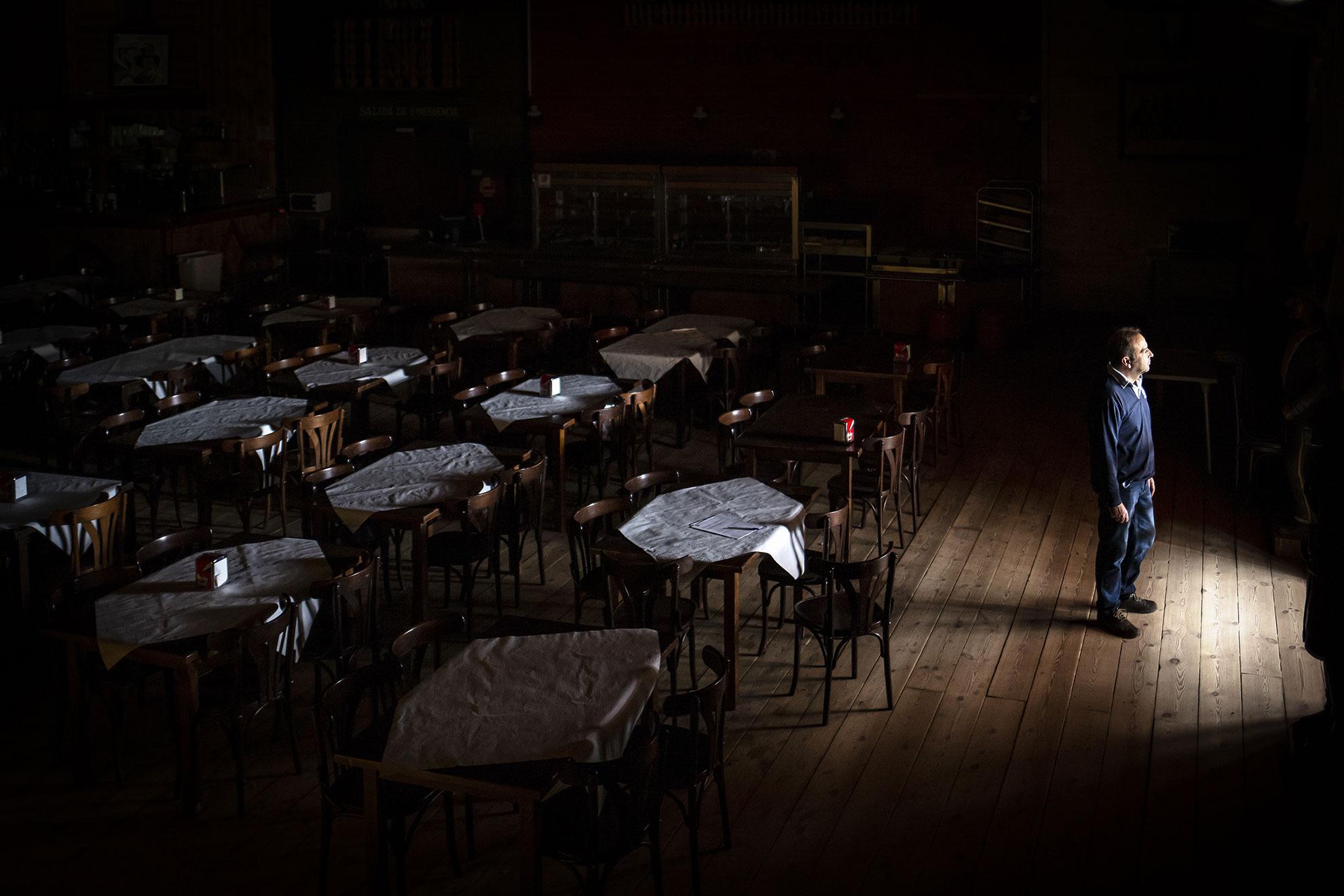 Jose A. Aguilera, gerente de un complejo de turismo rural en la Sierra de Sevilla, espera en la puerta de entrada de su restaurante la llegada de sus empleados para la firma del ERTE (Expediente de Regulación de Empleo Temporal) que ha tenido que aplicar a todos sus trabajadores por el cierre temporal de la empresa a causa de la crisis del Coronavirus.
