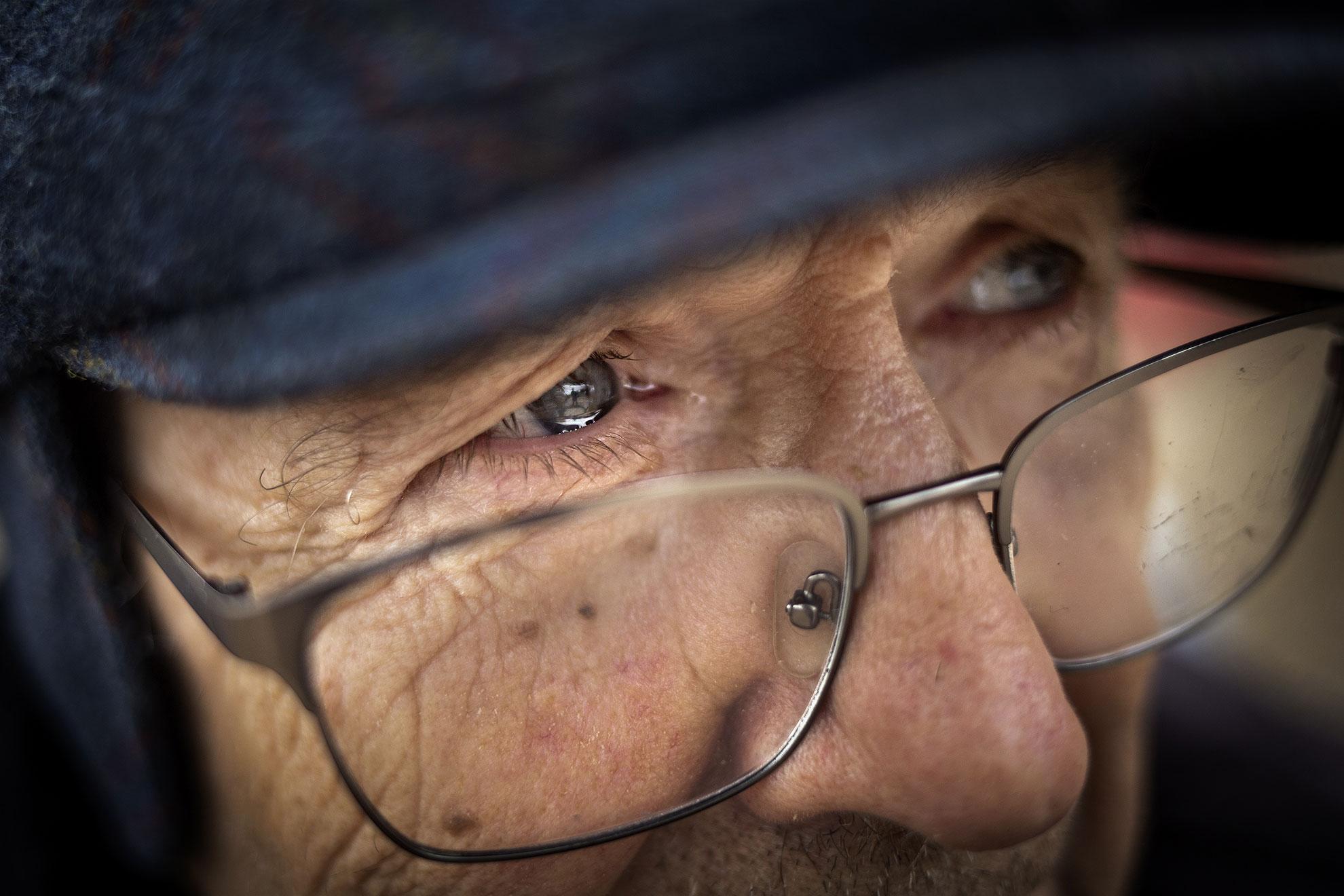 Una de las mayores preocupaciones y objetivos en la crisis del COVID19 es proteger a nuestros mayores. José, de 84 años, hace ya más de 15 días que dejó de ir al centro de mayores al que acudía cada día. Su familia lo decidió para protegerlo de un posible contagio. Hoy José está preocupado por la situación. Consciente de todo lo que está sucediendo, escucha atentamente y sin poder evitar emocionarse, las indicaciones que le da su hijo para prevenir la pandemia y todas las duras consecuencias de como está afectando esta crisis a su pequeña empresa de turismo en la Sierra de Sevilla.