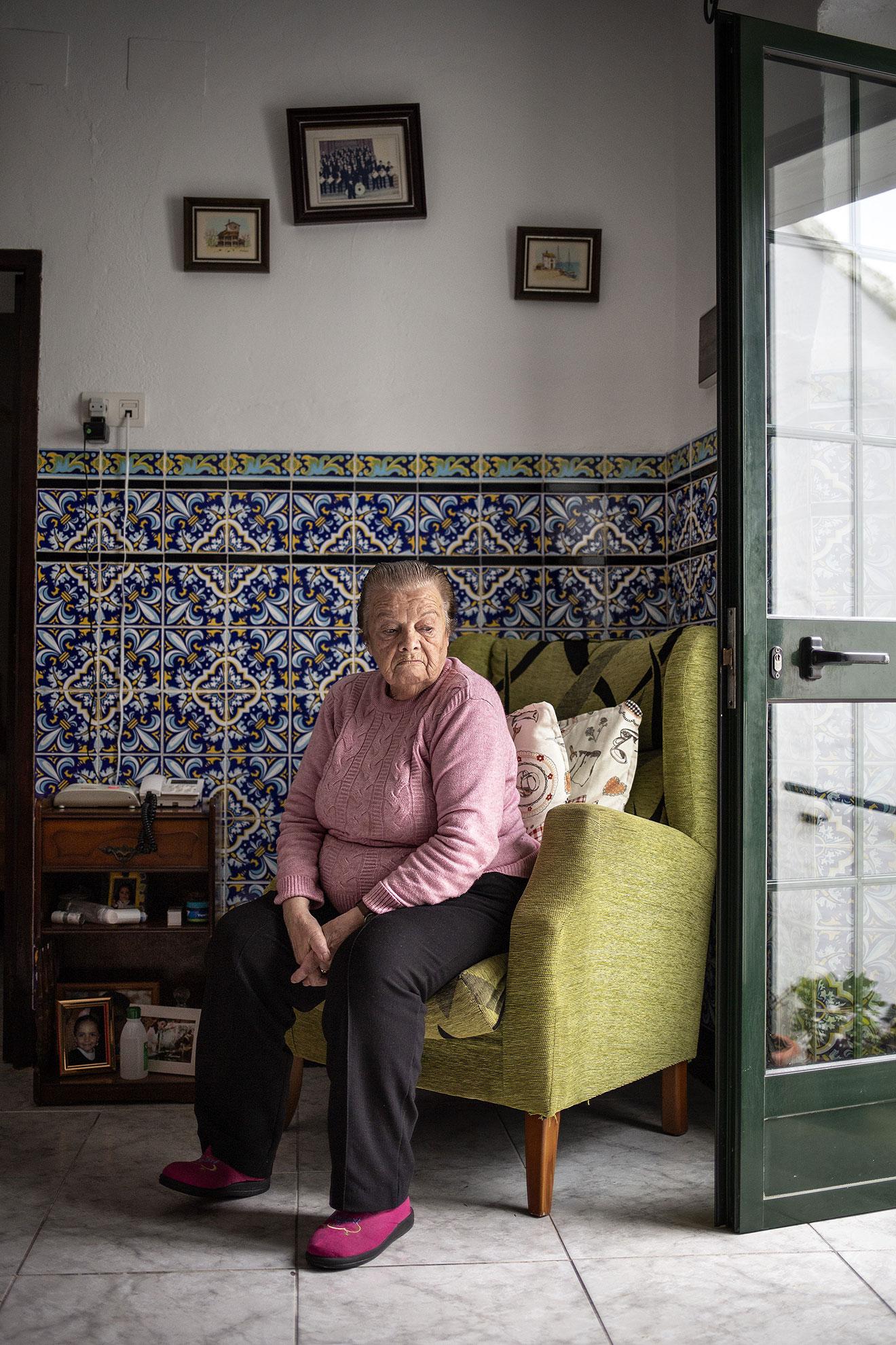 María Luisa tiene 82 años y vive sola en su casa de Aracena (Huelva). Desde que comenzó la pandemia no ha salido a la calle y son los servicios municipales de ayuda a domicilio los que ayudan en las compras diarias y las tareas domésticas. María Luisa, graciosa y dicharachera, se entretiene como puede, cocinando arroz con leche que luego comparte con algunas vecinas, viendo la TV o charlando por teléfono, pese a que la vista ya falla. En España se calcula que 2,3 millones de personas son mayores de 65 años que viven solos. Ellos, los más vulnerables al COVID19 están pasando el confinamiento en solitario, rodeados de recuerdos y esperando una visita de familiares que nunca llega.