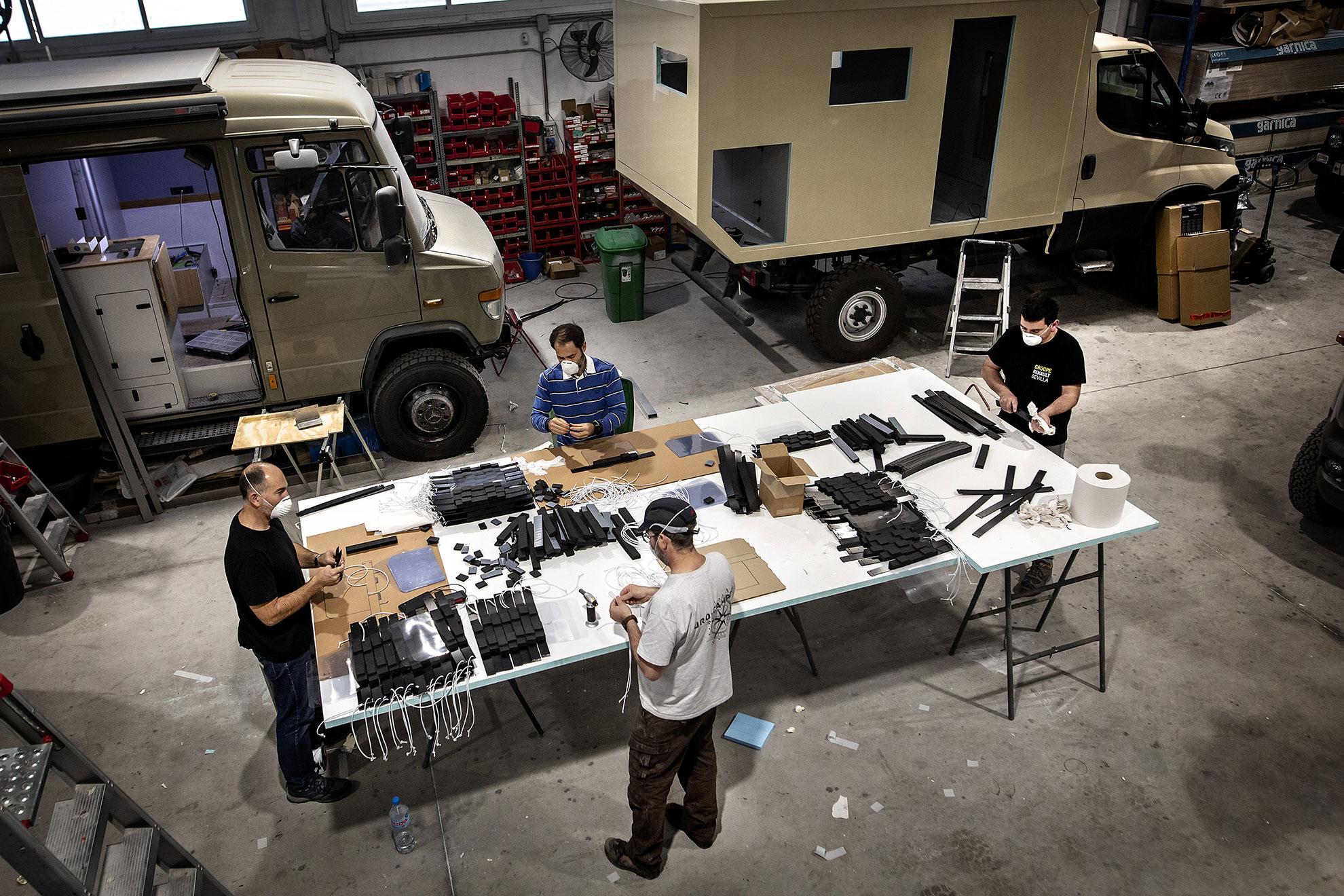 José Luis es propietario de un taller de camperización de vehículos en Sevilla. Comenzó a fabricar algunas máscaras para un par de amigos sanitarios que trataban con escasos medios de protección a enfermos de COVID19. Hoy ya está produciendo, altruistamente, más de 300 máscaras diarias. En los talleres de Uro-Camper trabajan de 8.00 a 15.00 en sus pedidos de empresa. De 15.00 a 20.00 vienen los amigos Manolo, Enrique, Vicente y Antonio. Juntos fabrican las viseras protectoras que luego adjudican, según la emergencia, a las peticiones desesperadas de hospitales, residencias, policías... Han aprendido que tienen que entregarlas directamente a los médicos y enfermeros para que tengan uso en los hospitales. Al principio las mandaban directamente a la gerencia de algunos hospitales y las máscaras acababan acumulándose en algún cuarto sin ser usadas a causa de burocracias rígidas. A pesar de la calidad de materiales, la urgencia del momento ha imposibilitado tramitar a tiempo la Certificación Europea de las máscaras. Mientras muchos sanitarios se enfrentaban al coronavirus sin medios de protección, las máscaras de José Luis se olvidaban en algún cuarto de hospital. España es el país del mundo con mayor número de personal sanitario infectado por coronavirus, con cerca de 6.000 contagios a día de hoy.