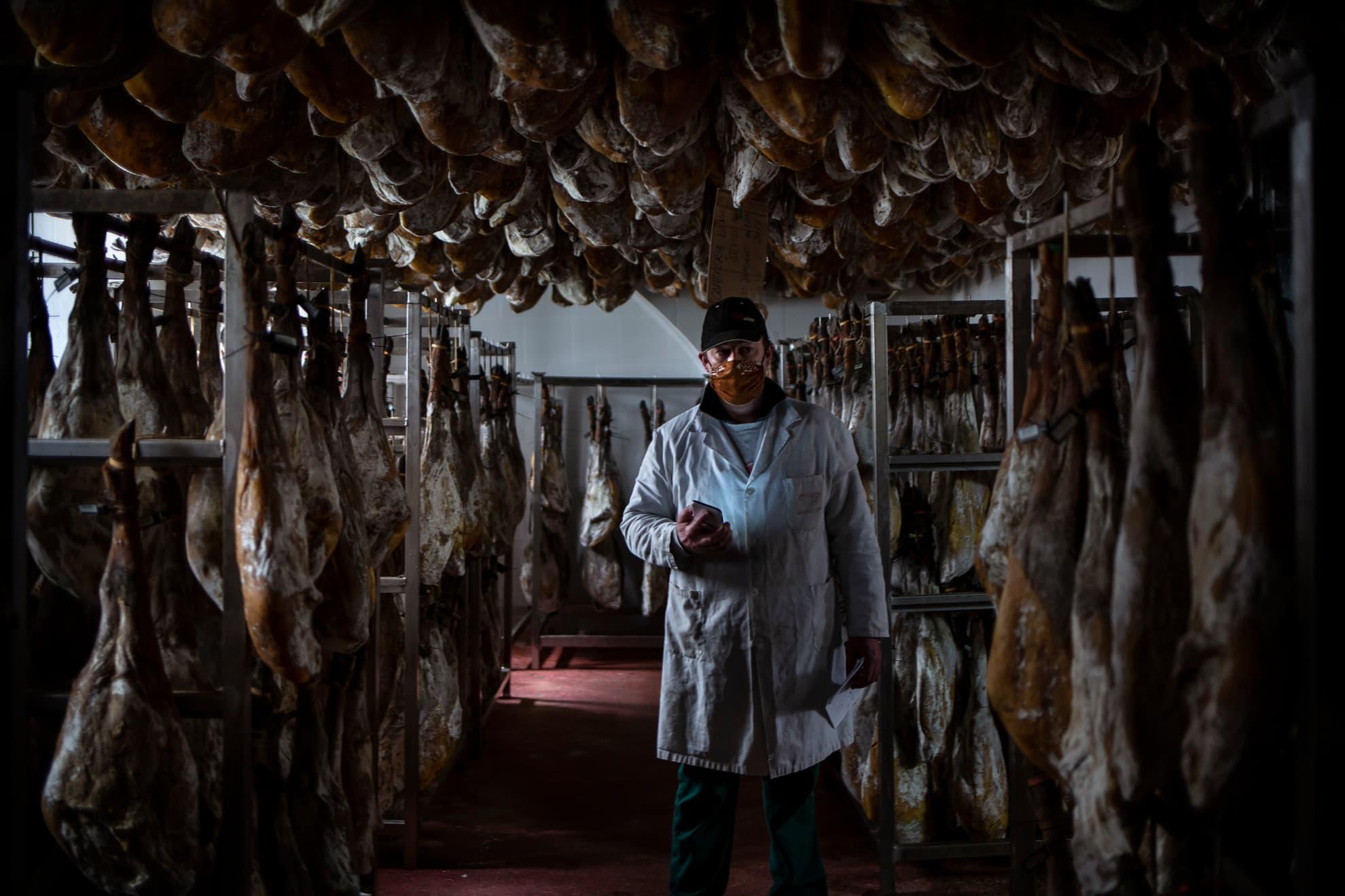 """Domingo es gerente de la empresa de productos ibéricos Eíriz, la más antigua de la Sierra de Aracena (Huelva), que cuenta ya con cinco generaciones desde su apertura en el año 1830. El 60% de su producción es Jamón de bellota 100% ibérico D.O.P, la más alta calidad en el sector. Su empresa tiene ese carácter artesanal y familiar que es justamente lo que les está salvando de la grave crisis del sector. Son cinco años al menos lo que conlleva el proceso de elaboración de un jamón ibérico de estas calidades. """"Es imposible planificar en este sentido, porque la elaboración de mis productos es a años vista. Hemos perdido la venta de restaurantes y ferias de primavera, pero todavía no hemos notado un gran golpe. Quizá lo peor venga ahora, no sé. Lo peor de esta crisis del COVID-19 es la incertidumbre. No sabemos fechas de apertura y nuestro producto tiene caducidad. Hay grandes productores en este sector que están realmente mal. Yo he tenido que cancelar toda la actividad de mi empresa dedicada al turismo gastronómico, por ahí he perdido todo, pero en cuanto a venta voy manteniendo. Yo creo que la clave es ser previsor"""". Su empresa empezó a utilizar el 15 de enero el uso obligatorio de mascarillas a los visitantes de sus instalaciones de turismo gastronómico (60% es turismo internacional procedente especialmente de China). El 30 de enero ordenó cancelar numerosos grupos, ya confirmados, para visitar sus instalaciones: un mes y medio antes de que se decretara el Estado de Alarma en España. El pasado viernes, puso en marcha su tienda de venta online: """"podemos lamentarnos o buscar soluciones. Prefiero lo segundo""""."""