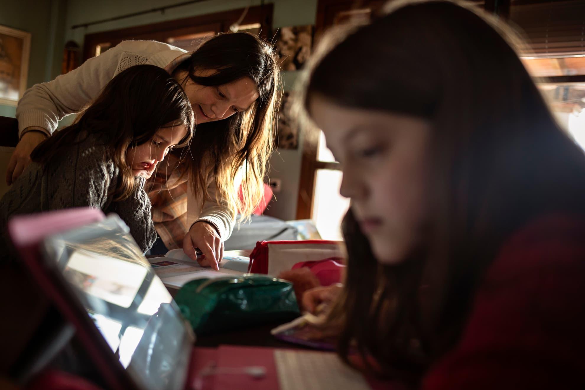 El Gobierno de España acaba de anunciar que los niños no volverán al colegio hasta septiembre debido a la crisis sanitaria del COVID-19. Sáhara (10 años) y Kelthum (7 años) estudian en su casa de la pequeña localidad de Jabuguillo (Huelva). En estos entornos rurales, se han podido seguir las clases online con toda normalidad. Allí se conectan diariamente con sus profesores/as a través de la tablet y realizan las tareas diarias. Luego tienen la suerte de poder disfrutar del campo. Su madre Loli es periodista y de momento está teletrabajando en casa. Toda la familia comparte la misma mesa: mientras las niñas estudian, los padres teletrabajan y, además, ayudan a las niñas cuando surgen las dudas en las materias a estudiar. Es el nuevo paisaje de las casas, reconvertidas en escuelas y centros de trabajo simultáneamente.