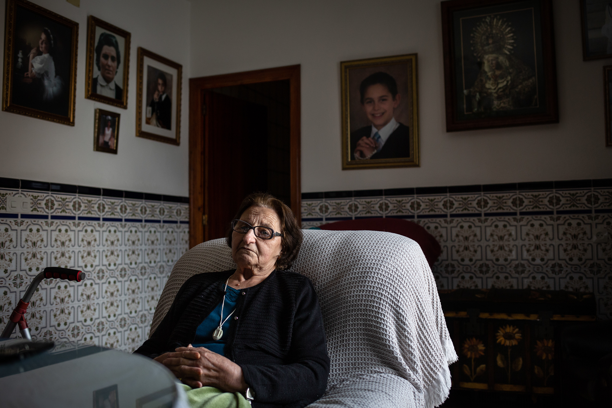 Jerónima de 86 años vive sola desde hace años en su casa del pequeño pueblo de Valdezufre (Huelva). Está pasando con mucho miedo la crisis sanitaria del COVID19. Para ella es inevitable comparar las dos situaciones más difíciles que le han tocado vivir: la Guerra Civil y su posguerra, y esta crisis del coronavirus. Y tiene claro que esto está siendo peor, al menos para ella. Piensa que aquellos tiempos al menos los podía compartir y sobrellevar con sus hermanos y padres, después con su marido. Pero ahora sólo quedan recuerdos y alguna visita rápida con mil precauciones de alguno de sus hijos o nietos.