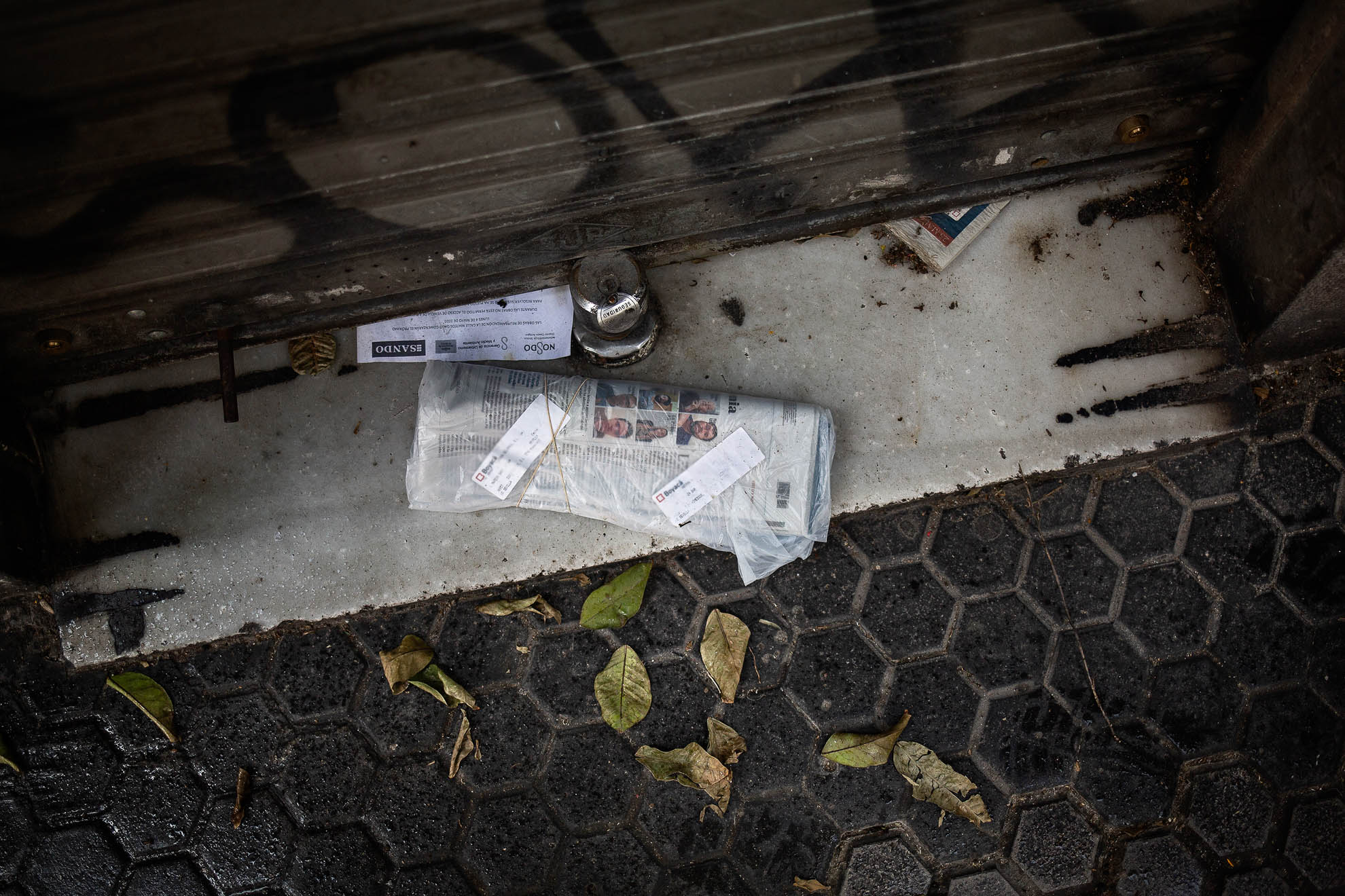 La calle Matías Gago, junto a la Catedral y Giralda de Sevilla, solía ser un hervidero de tabernas, bares y restaurantes atestados de turistas que degustaban tapas típicas. Sin turistas por el cierre de fronteras debido al COVID-19, la inmensa mayoría de los establecimientos de restauración, han decidido permanecer cerrados pese a permitirse la apertura de terrazas. La imposición de cuarentenas obligatorias de 15 días a los visitantes que vengan a España, tan sólo confirma la idea que merodea en la cabeza de muchos negocios de hostelería: permanecer cerrados tanto como sea posible por no ser rentable abrir. Tras más de dos meses cerrados, las notificaciones y correspondencias de algunos establecimientos se amontonan en las puertas de las tabernas sevillanas más céntricas y populares.