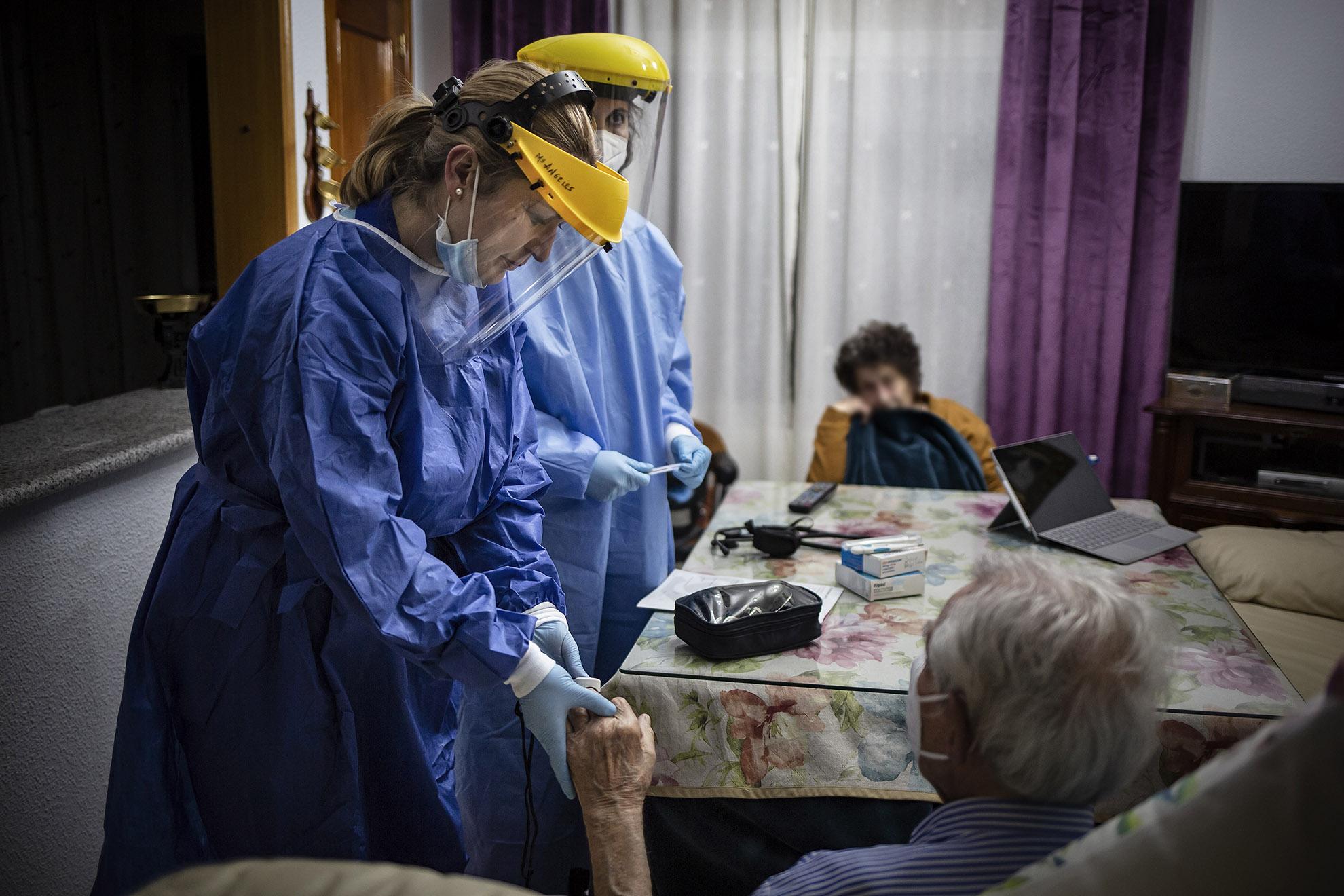 Cuando Julia y Belén, médico y enfermera del Centro de Salud de Atención Primaria de Huéscar (Granada), llegan al domicilio desde el que han recibido el aviso de urgencias, ya saben casi al 100% que no se trata de un caso de COVID-19. Pero los protocolos son estrictos, y si existe un sólo síntoma compatible con el coronavirus se activa el protocolo sanitario correspondiente. Se equipan con los EPIS, las pantallas y el doble guante. Como había fiebre, Belén comprueba la saturación de Oxígeno para descartar cualquier relación con el COVID-19. Conocen al paciente del pueblo de toda la vida y no necesitan mirar en su historial clínico porque ya intuyen que la fiebre obedece a una infección de orina. Los sanitarios de Atención primaria se desplazan a los domicilios para evitar en lo posible la asistencia al Centro de Salud. Ellos son nuevamente la primera barrera de contención contra la pandemia.