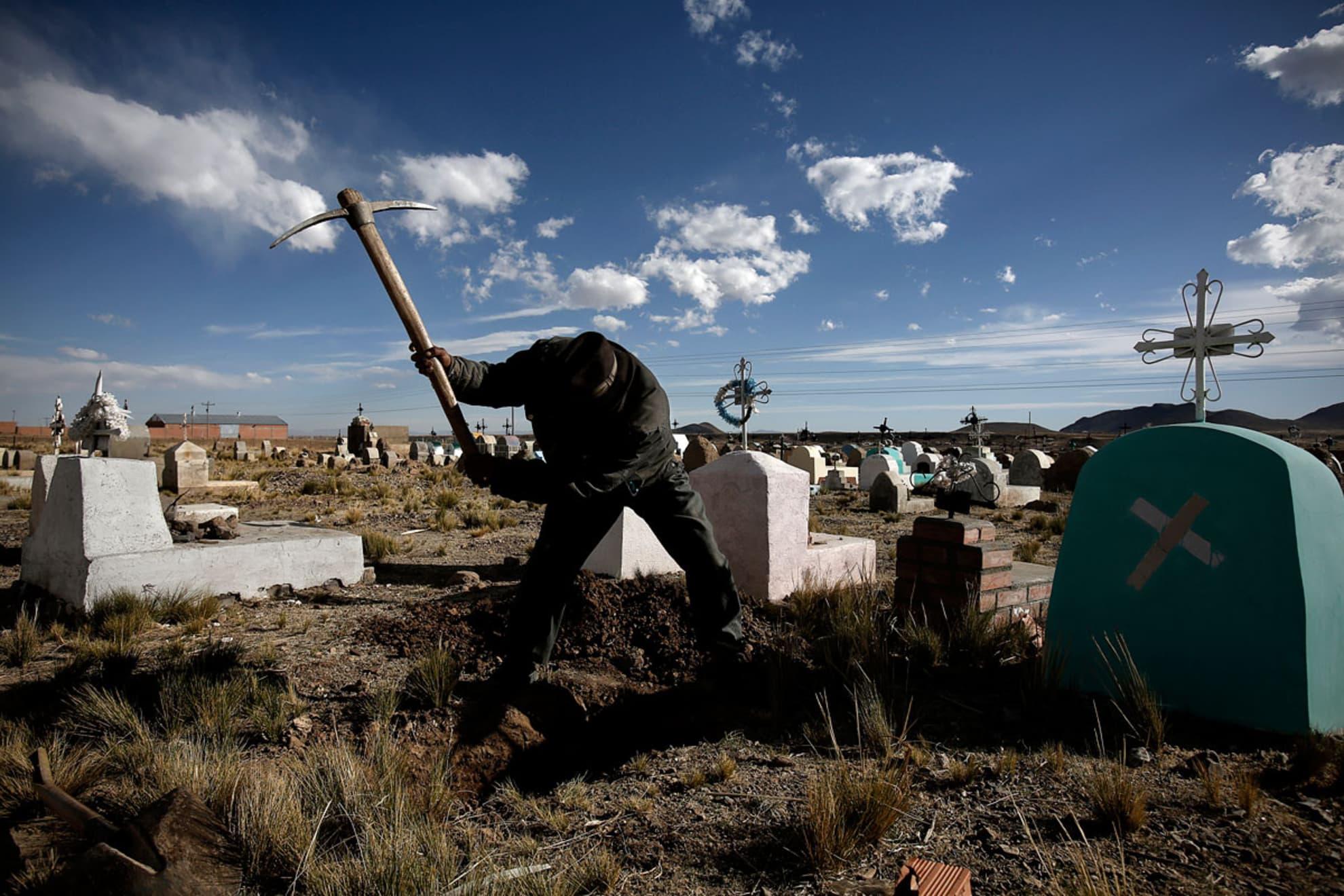 Isidro Guachalla, 60 años, cava la tumba del bebe de Andrea Paris Mamani.