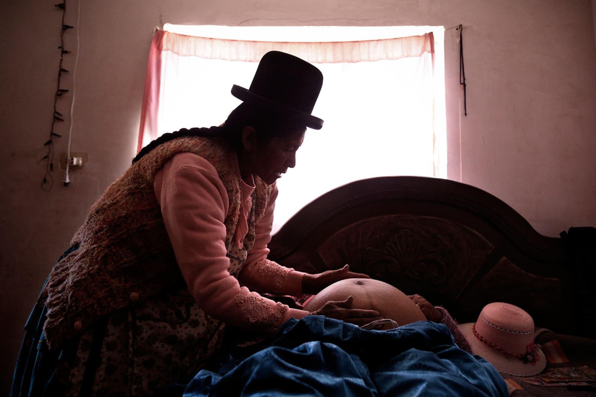 La partera Leonarda Quispe Rojas de 60 años en el laboratorio de medicina tradicional de su casa.