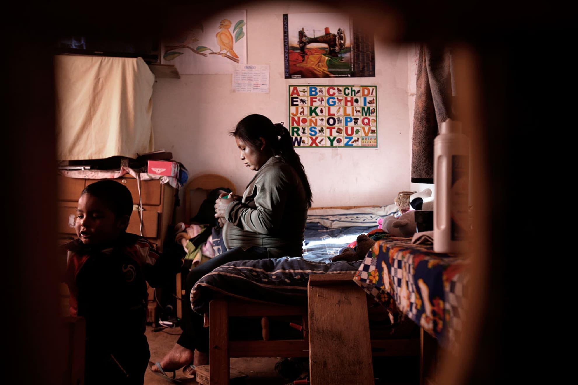 Lidia Mamani Lima de 40 años es asistida por la partera Josefa Wanka Ramirez en la sala de adecuación cultural del hospital de Patacamaya, unos instantes antes de dar a luz.