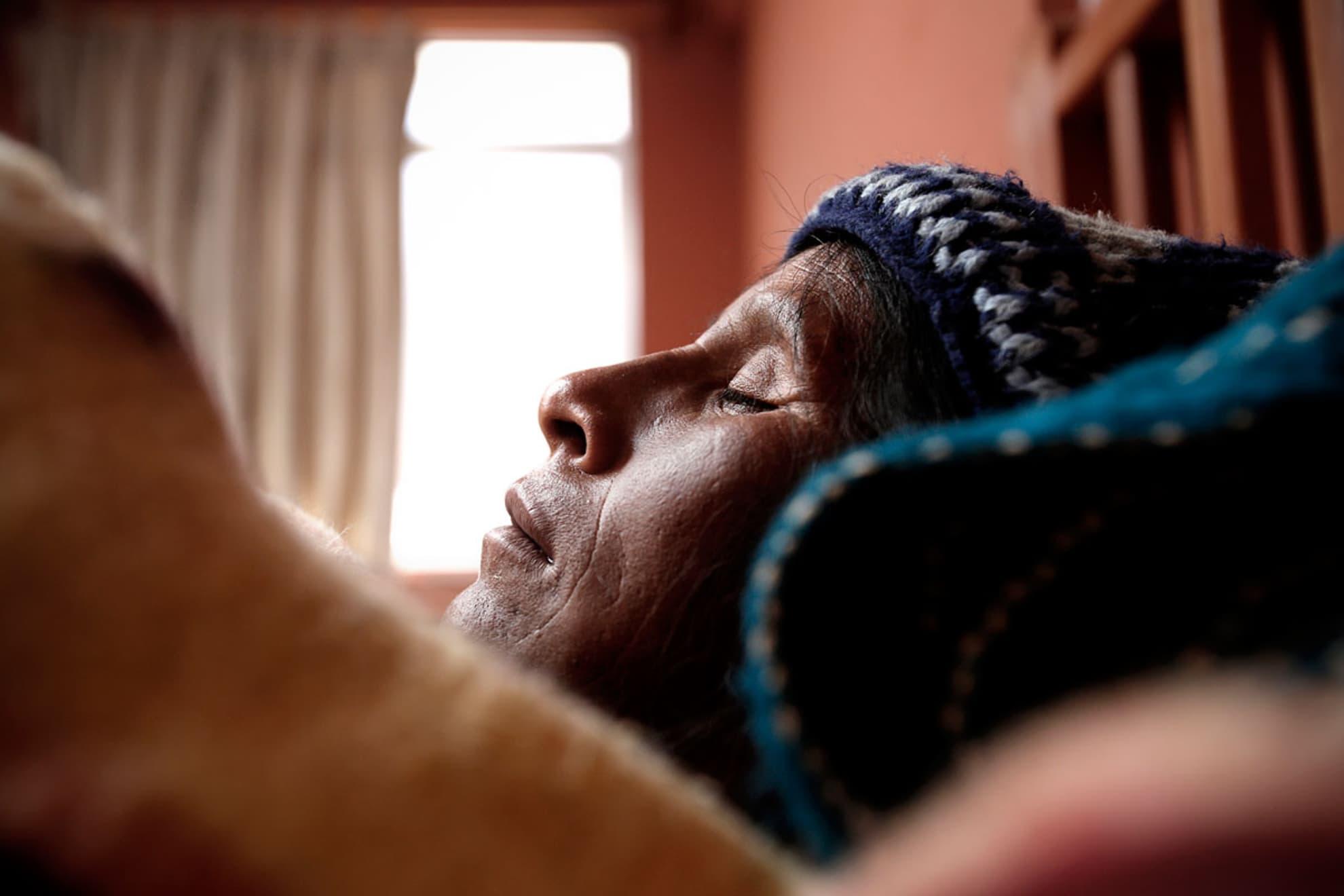 Andrea Paris Mamani tiene 45 años y 6 hijos. Sofía 19 años, Felix 15 años, Segundina 12 años, Iliana 8 años, Crisilda 6 años, Ruben 5 años. Su esposo es Lorenzo Coca de 48 años y originario de Potosí. Viven en la localidad de Belén Iquiaca, en Patacamaya después de dar a luz a un bebe muerto.