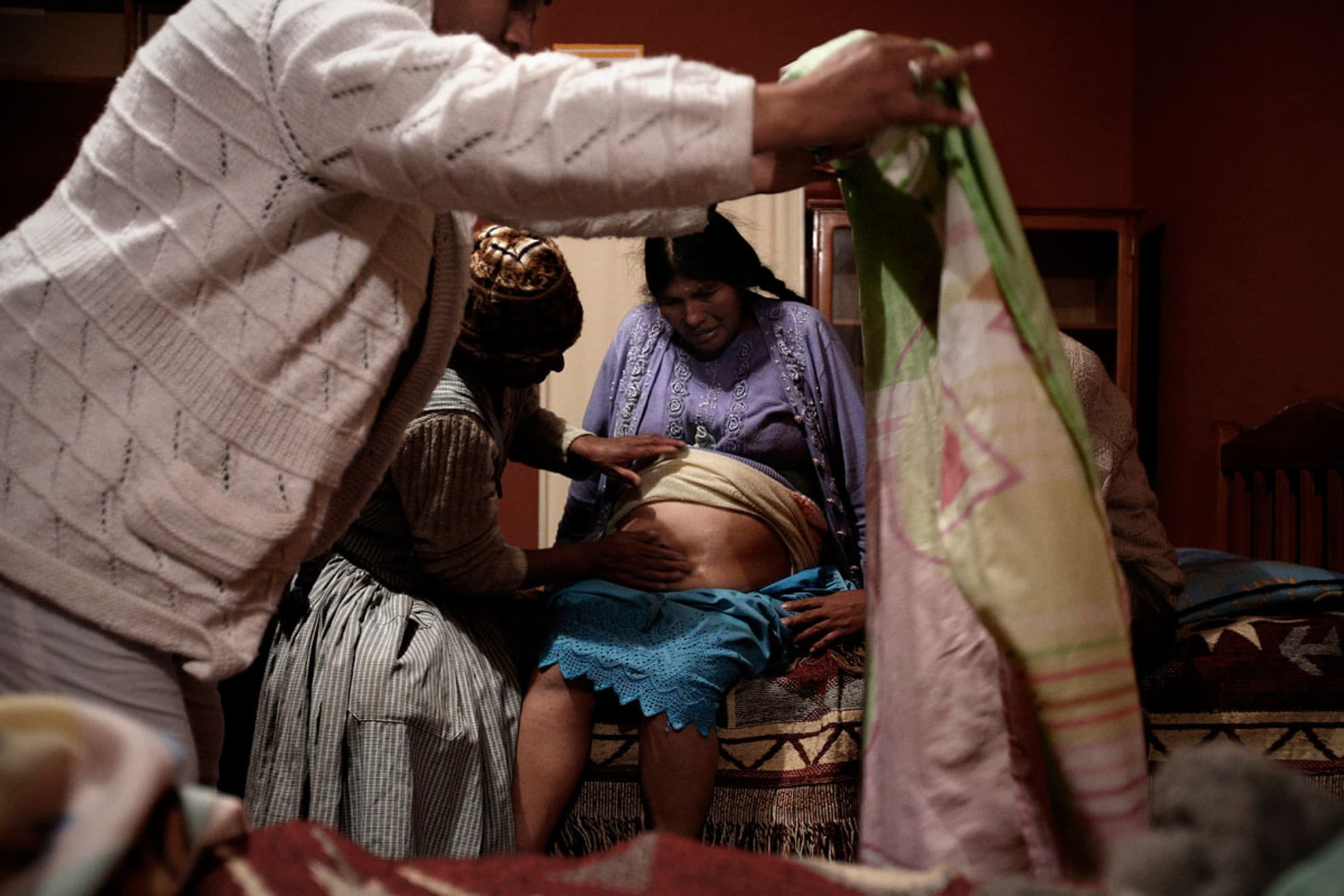 Margarita Guarachi de 34 años, en la sala de adecuación cultural del hospital de Coro Coro. A su lado, su marido Pedro Orcori de 23 años y el doctor Roger Velazquez, 47 años junto a la partera Marta.