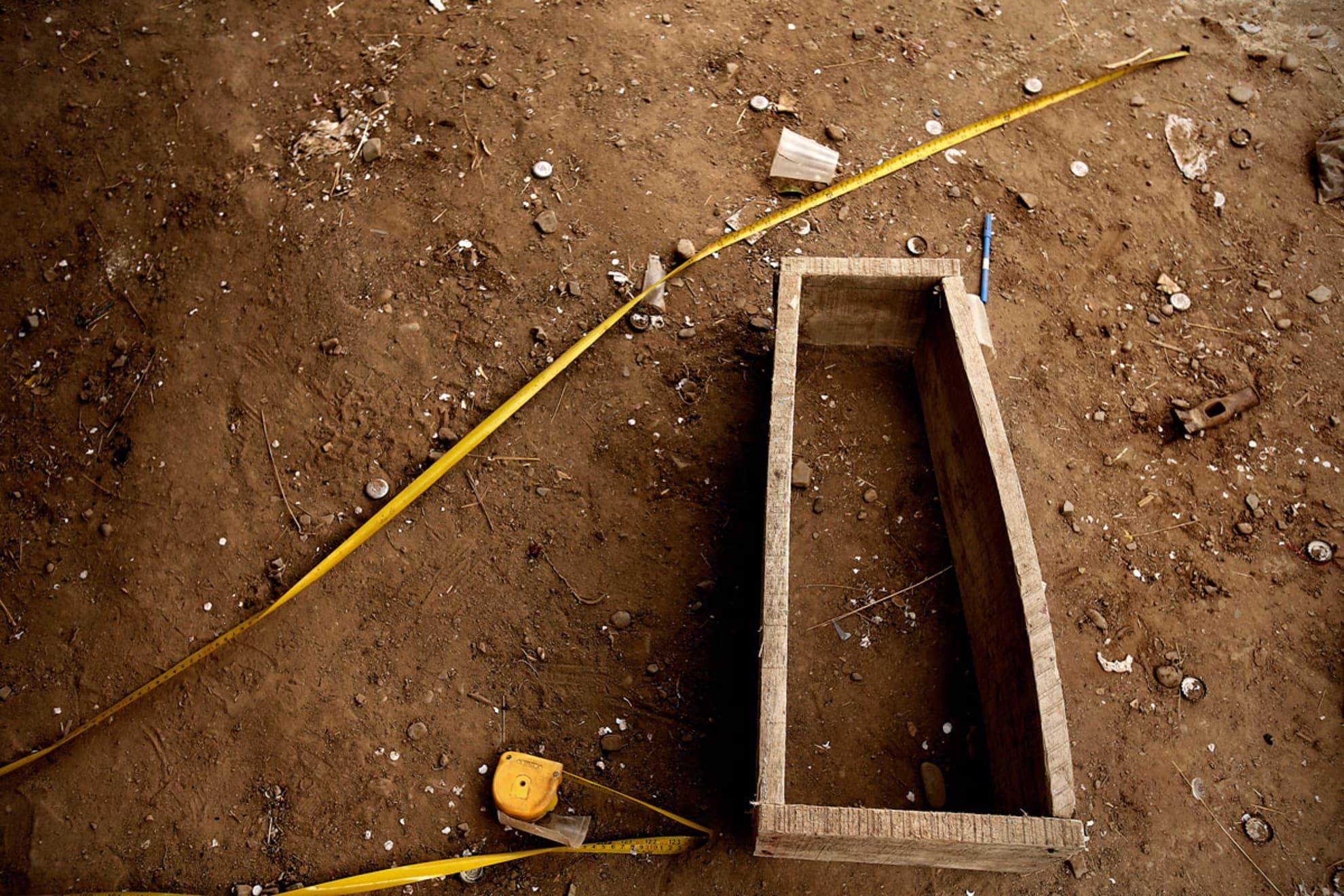 Ataúd a medio construir por Isidro Guachalla, de 60 años de edad, para el bebe de Andrea Paris Mamani, de 45 años de edad, que nació muerto en el Hospital de Patacamaya. Isidro Guachalla es vecino de la madre Andrea Paris Mamani. Localidad de Belén Iquiaca,