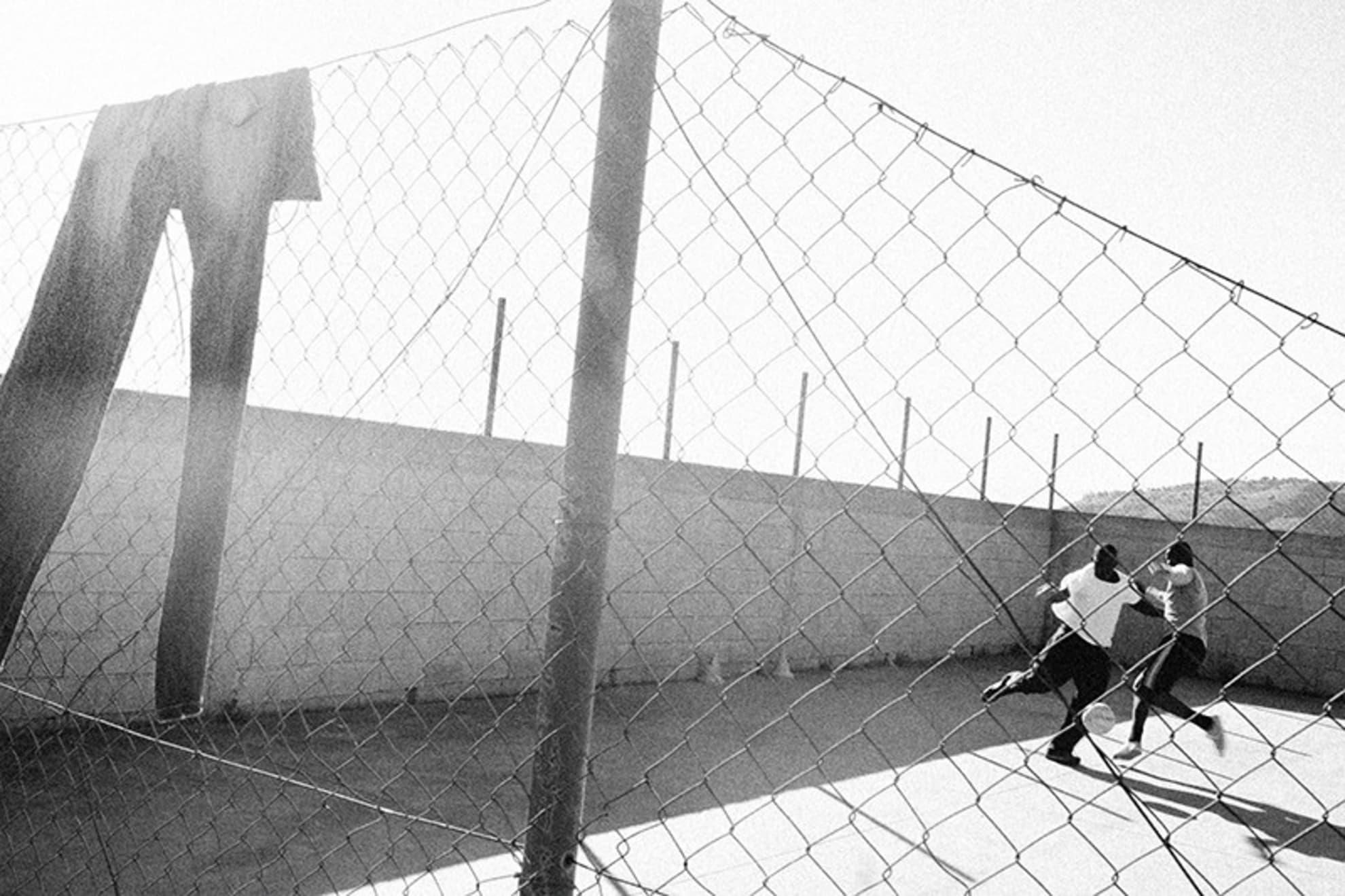 Los refugiados jugando al fútbol en el primer centro de recepción de Saline.