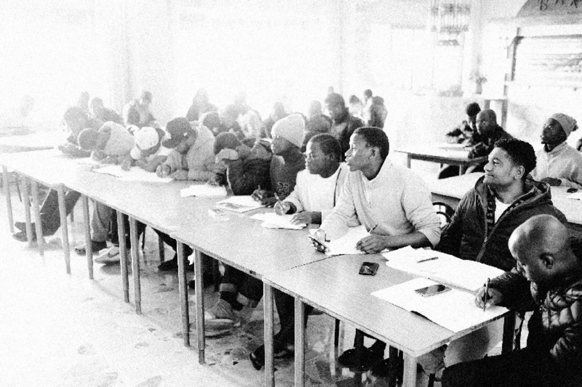 Refugiados durante la clase de lengua italiana en el primer centro de recepción de Gambarie.