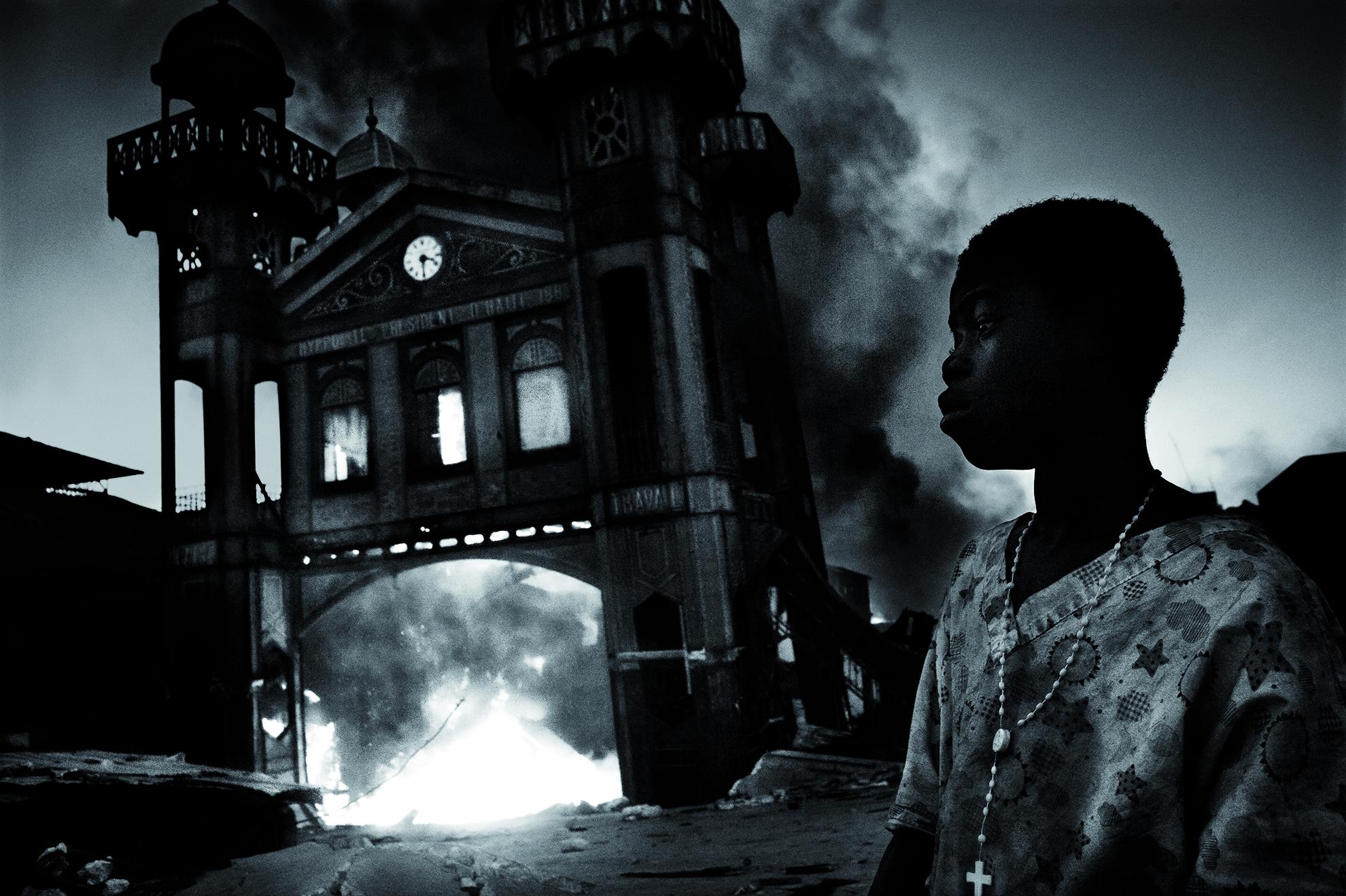 Haití, Puerto Príncipe. Enero de 2010. El mercado de alimentos, en llamas.