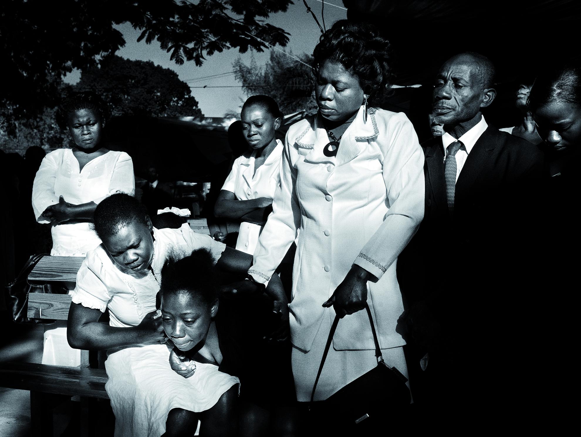 Haití, Puerto Príncipe. Enero de 2010. Funeral por una mujer, muerta de un ataque al corazón al conocer la muerte de su hijo.