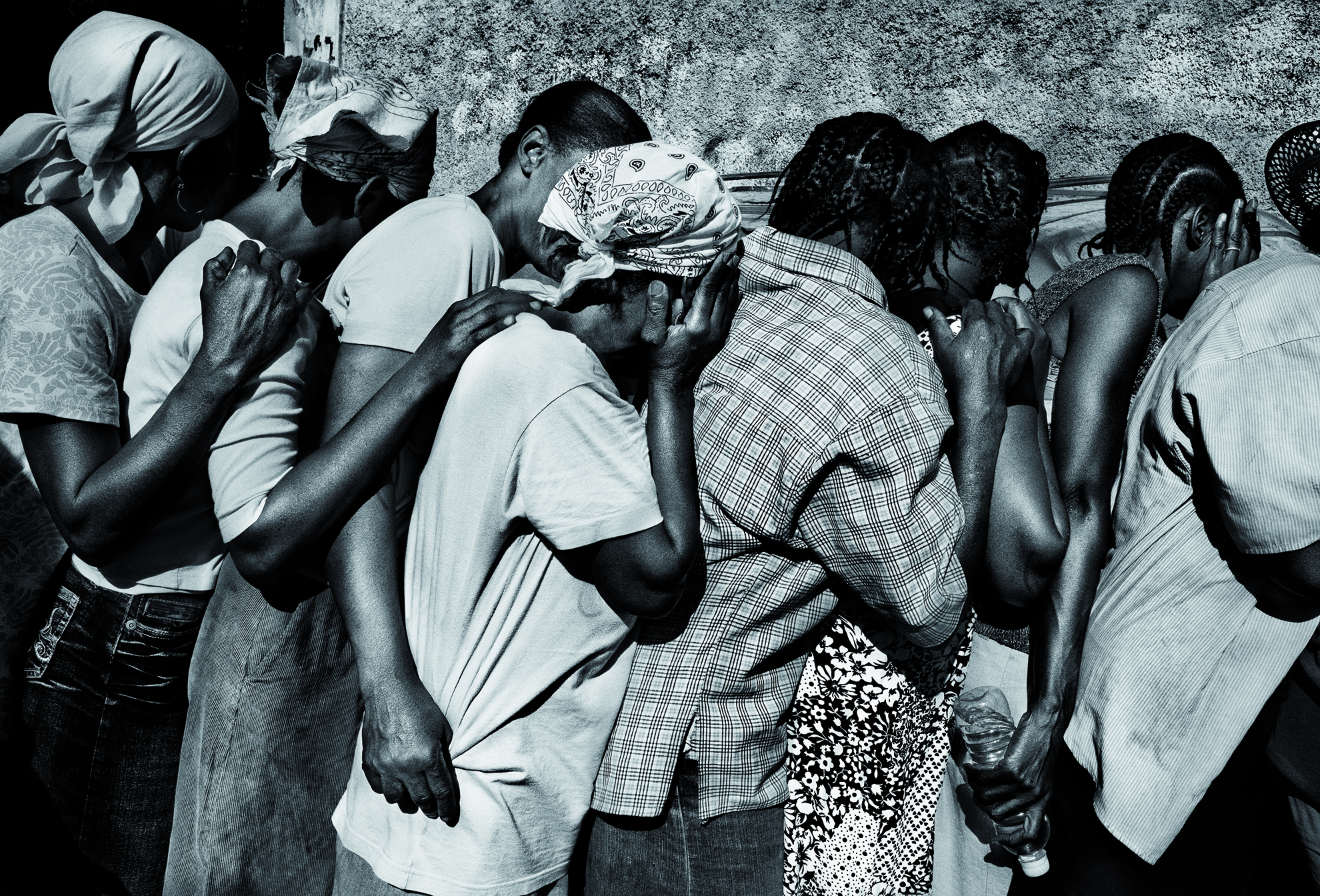 Haití, Puerto Príncipe. Enero de 2010. Supervivientes haciendo cola para recibir comida.