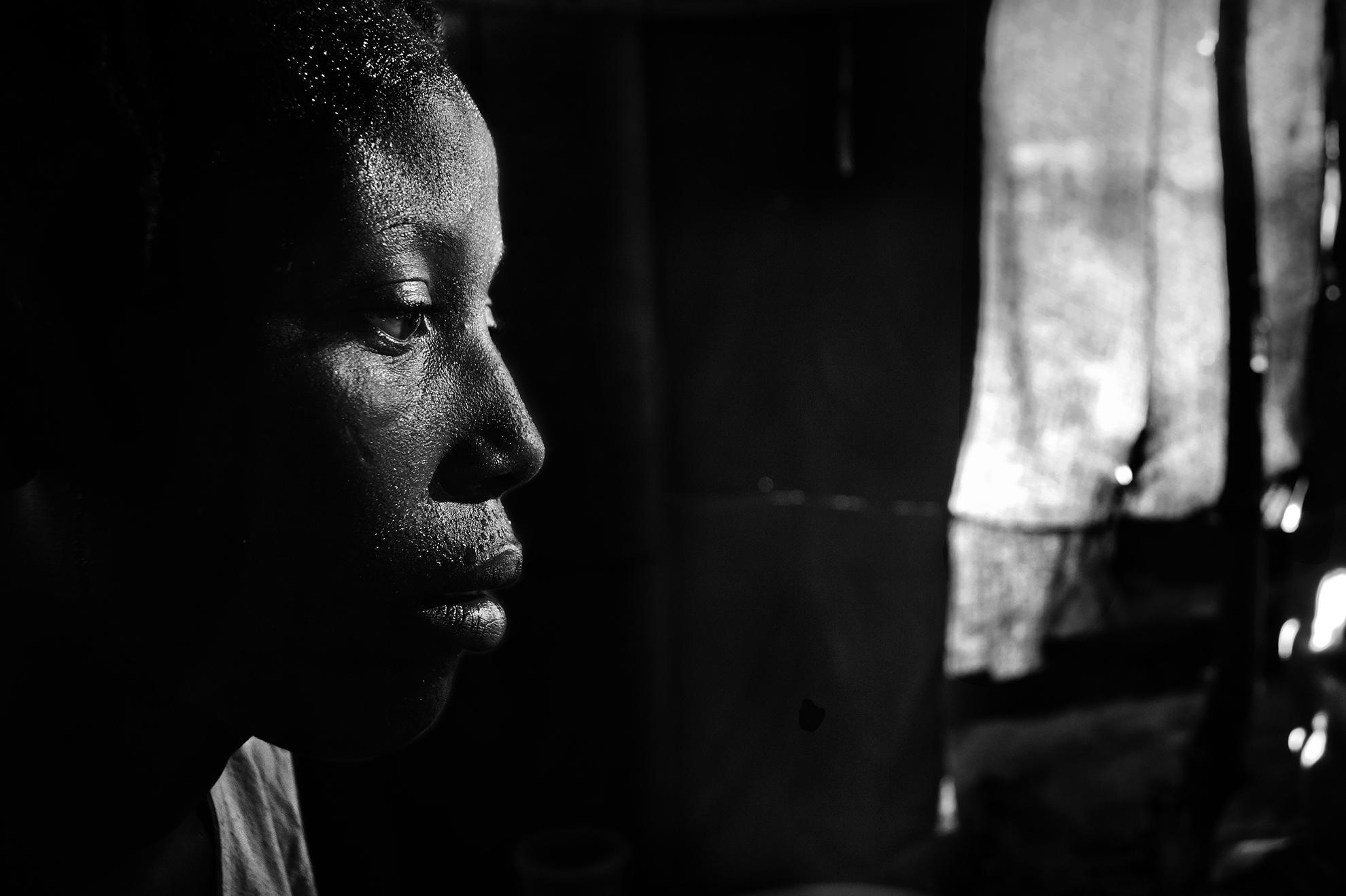 Haití Puerto Príncipe. Mayo de 2010. Retrato de una viuda en un campamento de personas desplazadas.