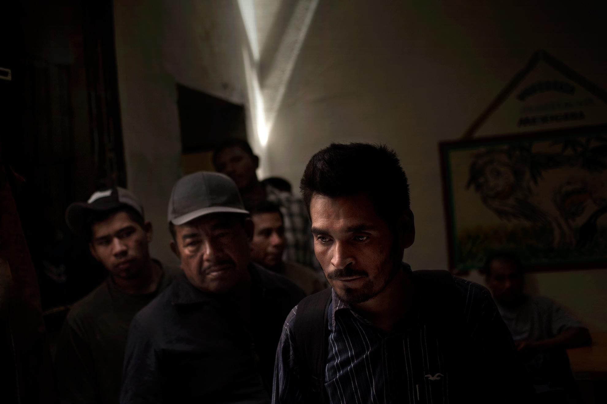 México - Baja California-Mexicali 2011. Un grupo de inmigrantes deportados de Estados Unidos llega al «Hotel de los Migrantes» en la ciudad fronteriza de Mexicali; se trata de un hotel abandonado que un grupo de activistas y voluntarios ha transformado en un refugio para migrantes deportados de Estados Unidos.