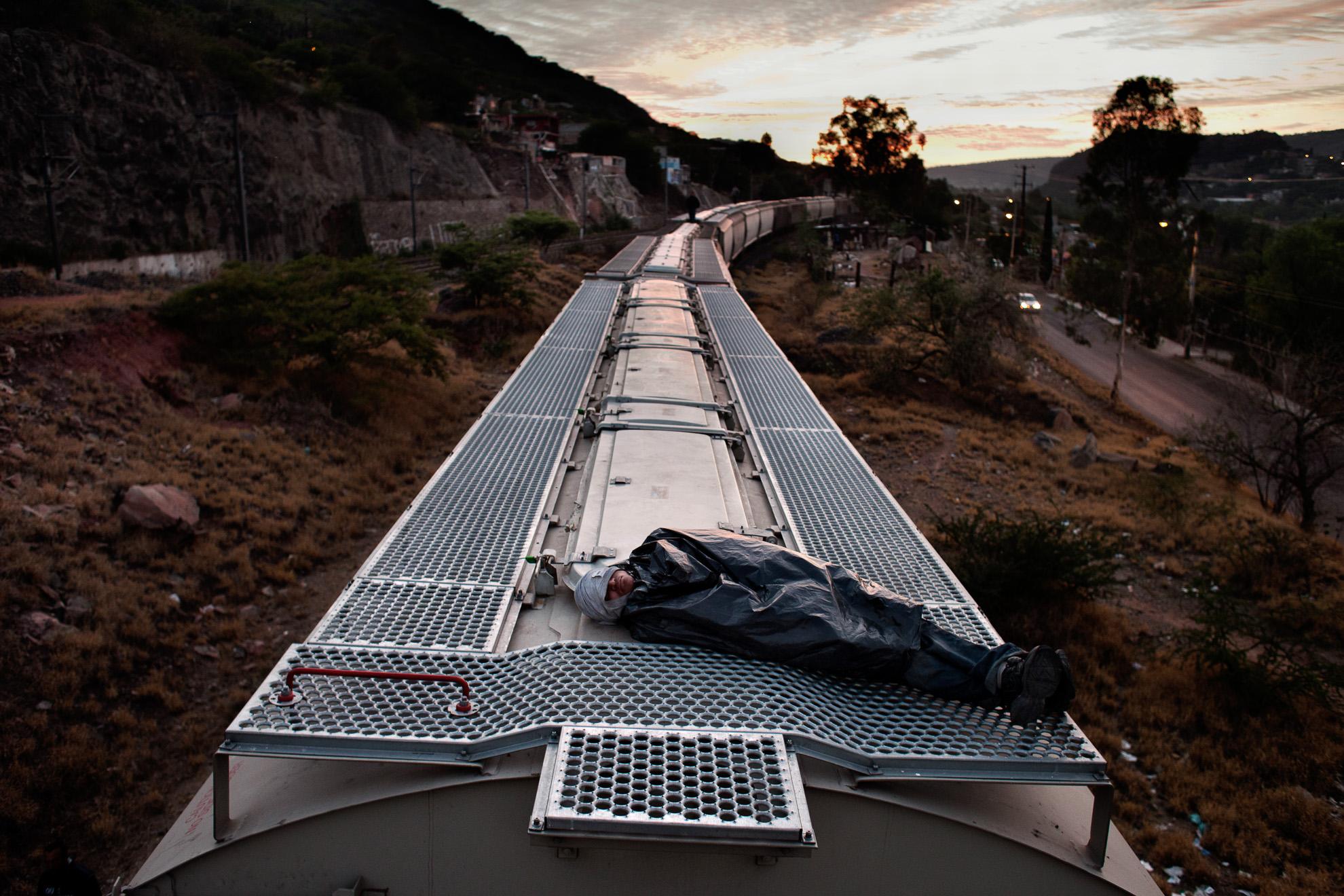 Celaya – México. Cada año, miles de inmigrantes irregulares centroamericanos viajan en los techos de los trenes de carga que discurren por los Estados del sur de México hacia las regiones del norte, con riesgo para sus vidas, para alcanzar la frontera con los Estados Unidos.