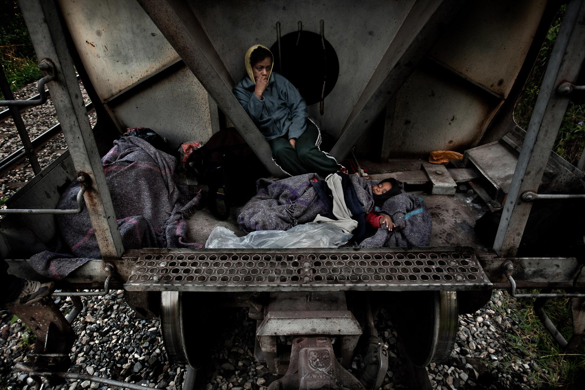 Messico - Veracruz 2011. Una mujer procedente de Honduras viaja en el tren de carga que cruza el Estado de Veracruz, con su hijita de tres años.