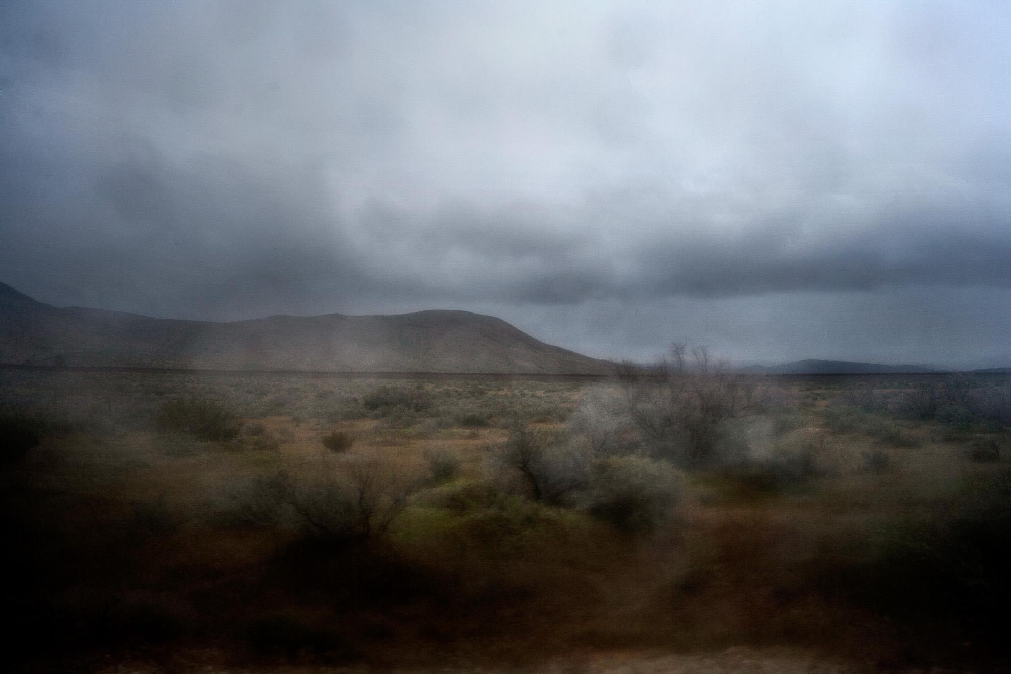 Messico -Baja California- Jacumè 2011. En la zona fronte-riza, se aprecia en el horizonte el muro que separa México de Estados Unidos. Esta zona del Sur de California es uno de los enclaves utilizados por los migrantes para cruzar la frontera.