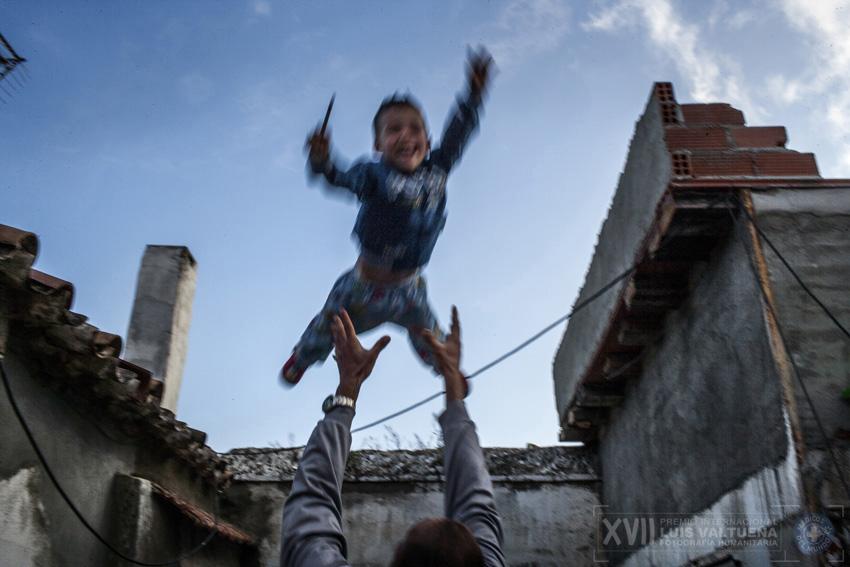 Luis, de 3 años, es lanzado al aire por su padre. Mascota, Luis y su padre viven en una habitación de La Casa de la Buena Vida. La madre está cumpliendo condena en la cárcel de mujeres de Sevilla. Su bebé recién nacido está con ella.
