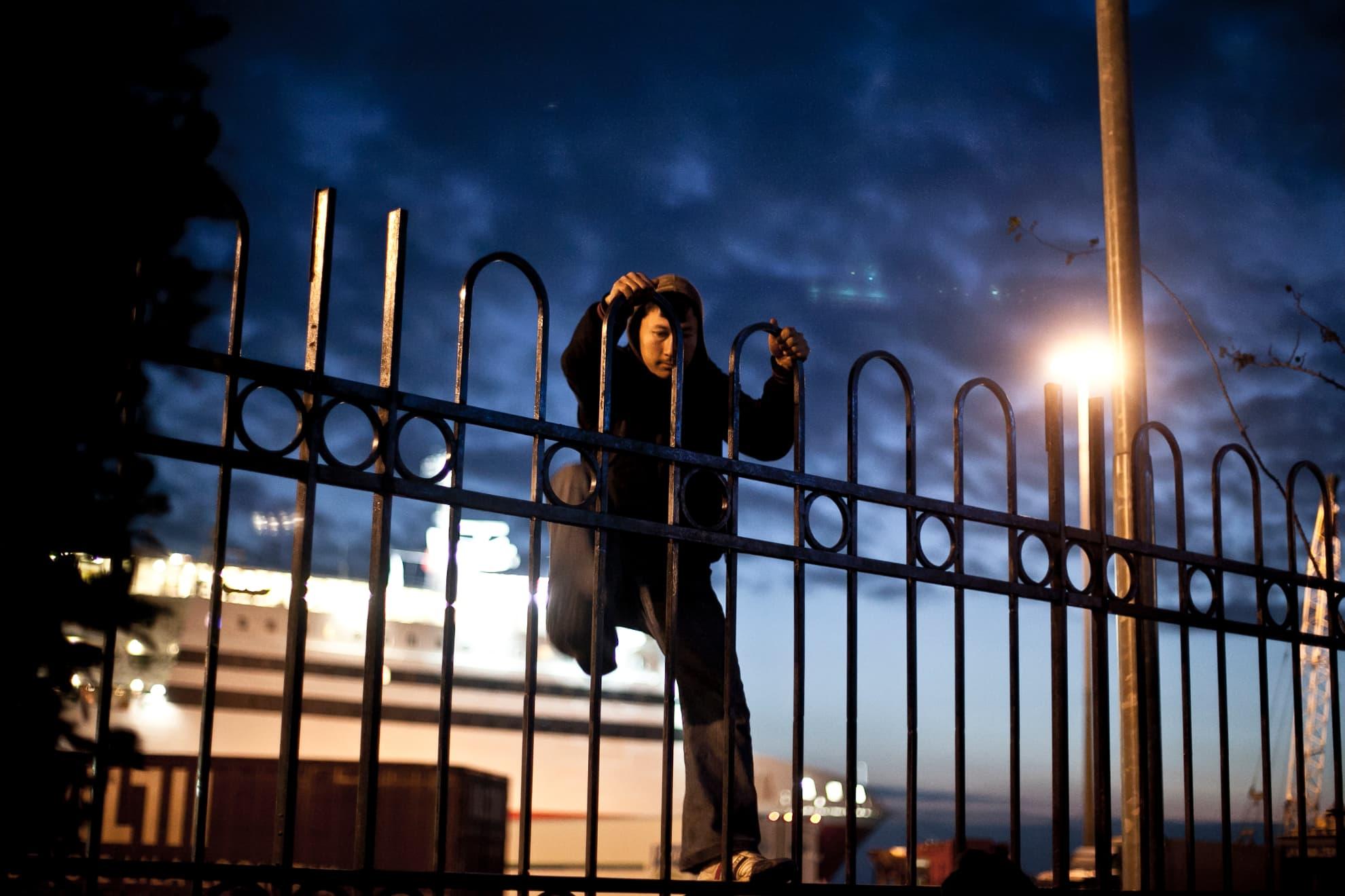 Decenas de migrantes saltan cada día las vallas del puerto de Patras para acceder al aparcamiento de camiones. Una vez allí, y si la Guardia Costera no les ha detectado, intentan esconderse en los bajos o en las cajas de los camiones para acceder a algún ferry con destino a Italia.