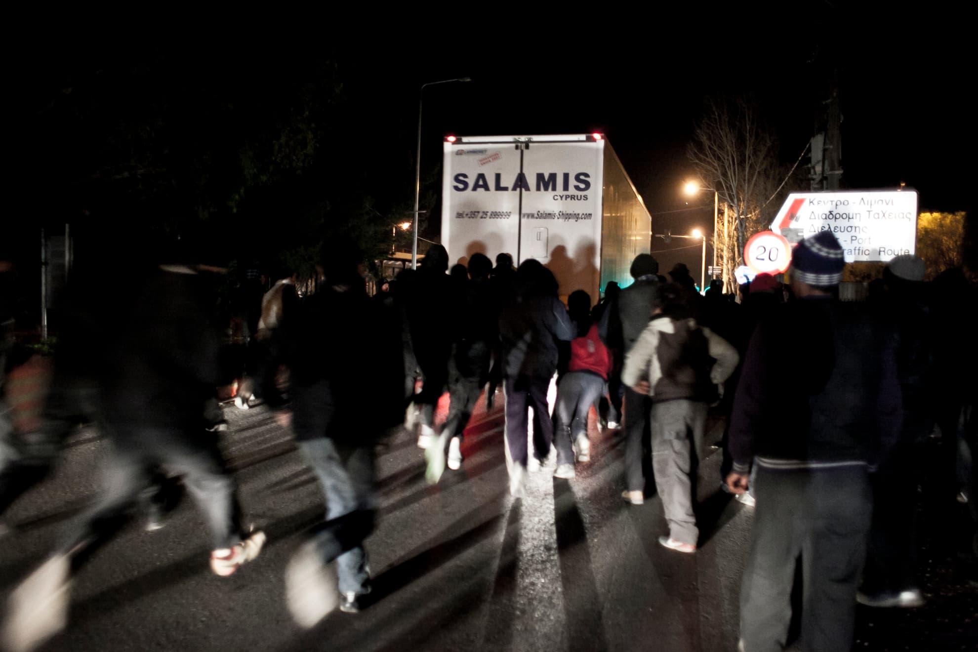 Cae la noche en las afueras de la ciudad de Patras y decenas de personas migrantes de todas las procedencias, muchas de ellas menores de edad, intentan abordar un camión de mercancías. Presumen que embarcará en la bodega de un ferry con destino a Italia y están dispuestas a arriesgar su vida para tener una oportunidad. Si consiguiesen colarse en el navío, aún deberían sortear los controles portuarios y sobrevivir en su escondite. El viaje en barco dura en ocasiones hasta 27 horas y deben realizarlo sin comida ni agua y soportando en alta mar las bajas temperaturas del invierno europeo.