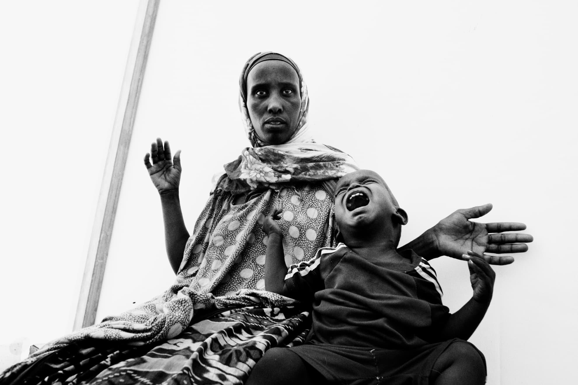 Una joven y su hijo son fotografiados durante su registro en el campo de Dadaab, en el noreste de Kenia.