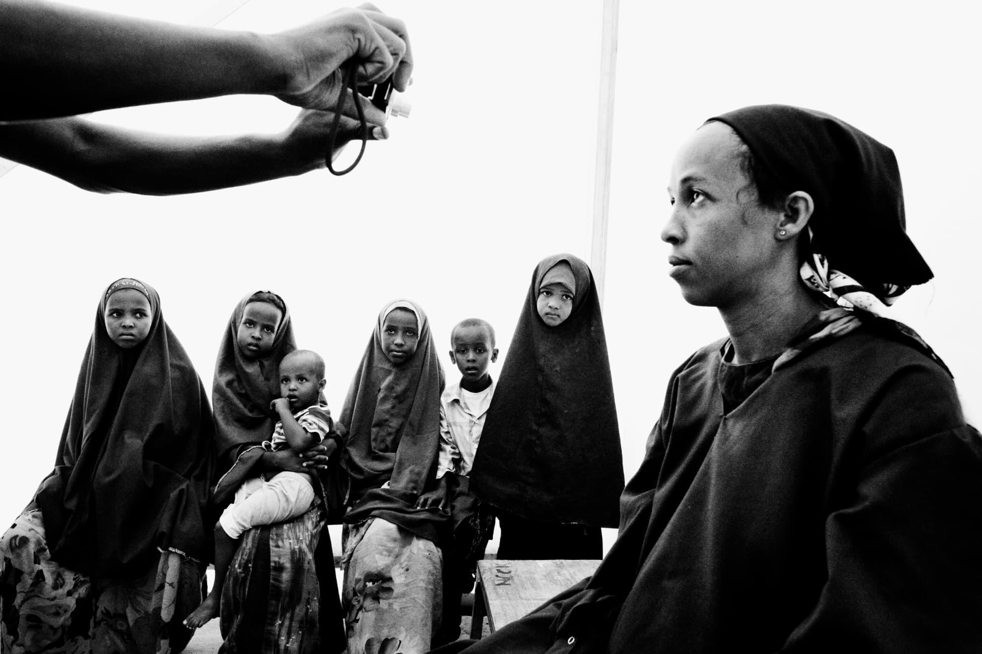 Una mujer es fotografiada en el Registro Central de la ONU mientras su familia espera para registrarse en el campo de Dadaab.