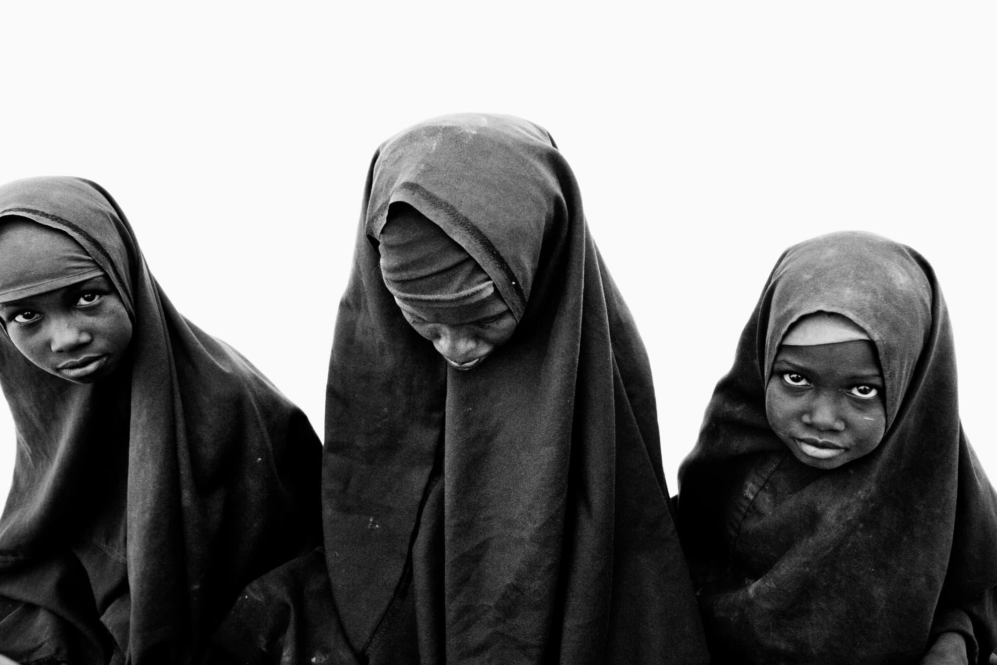 Tres jóvenes hermanas durante su registro en el campo de Dadaab, en el noreste de Kenia.