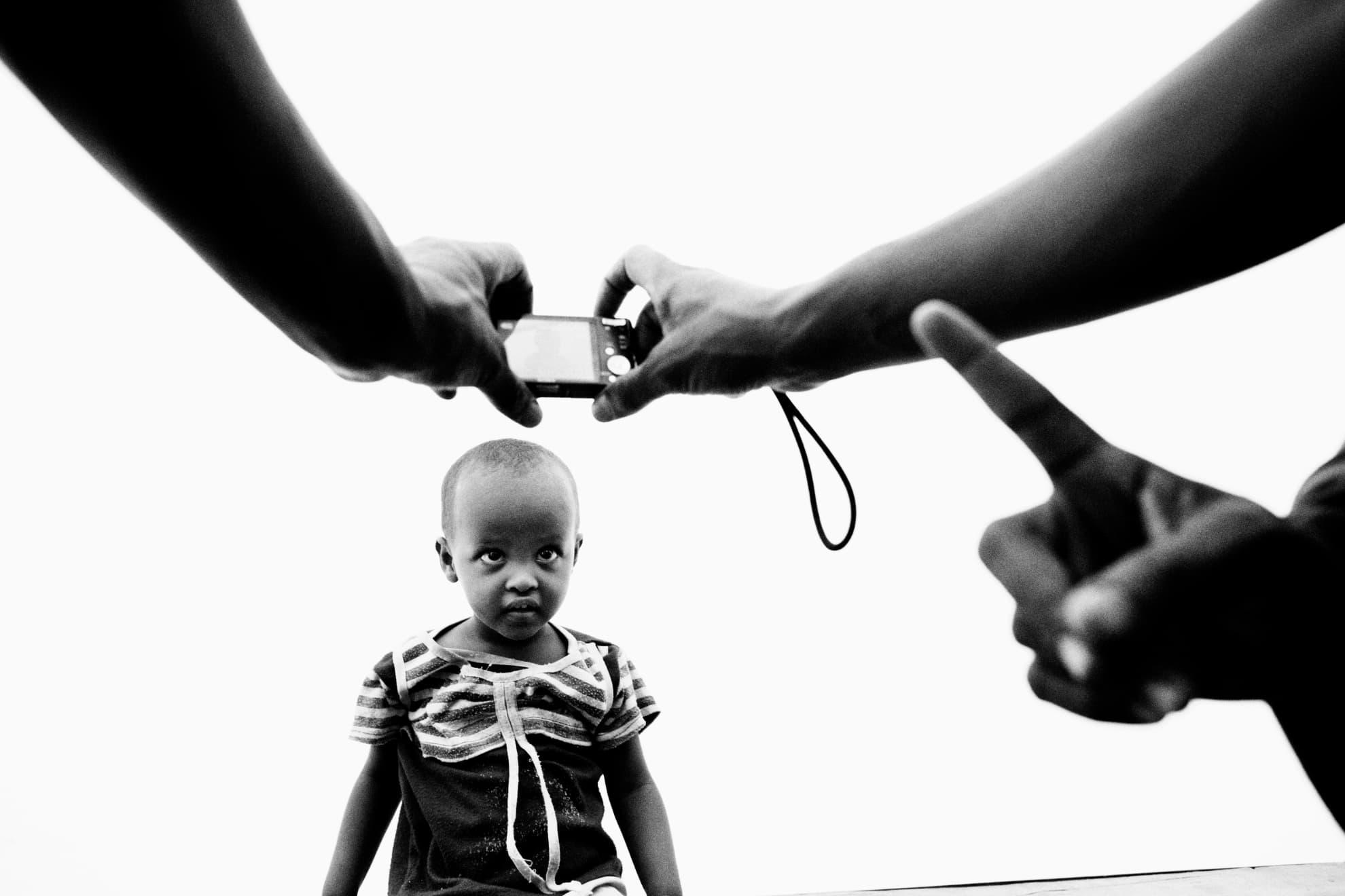 Un niño es fotografiado en el Registro Central de las Naciones Unidas en el campo de Dadaab.