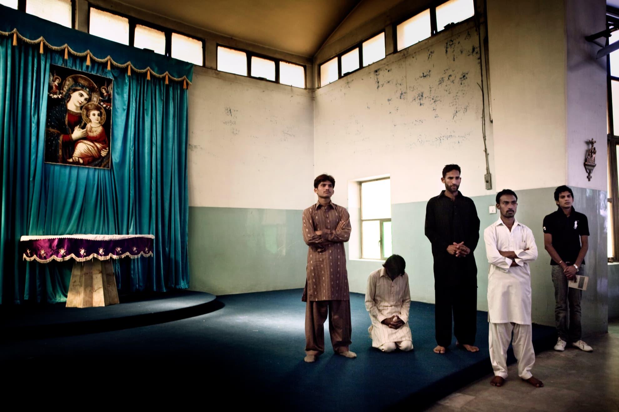 """Faisalabad, Pakistán. El Vía Crucis de la catedral San Pedro y Pablo, en Faisalabad. La Charía islámica ha supuesto una fuerte discriminación para la minoría cristiana. El principal problema es que la ley condena la blasfemia. Cualquier controversia entre cristianos y musulmanes suele acabar con los musulmanes acusando al otro """"bando"""" de este tipo de delito, por el que se puede acabar condenado con la pena capital, solo con el testimonio de un único testigo."""