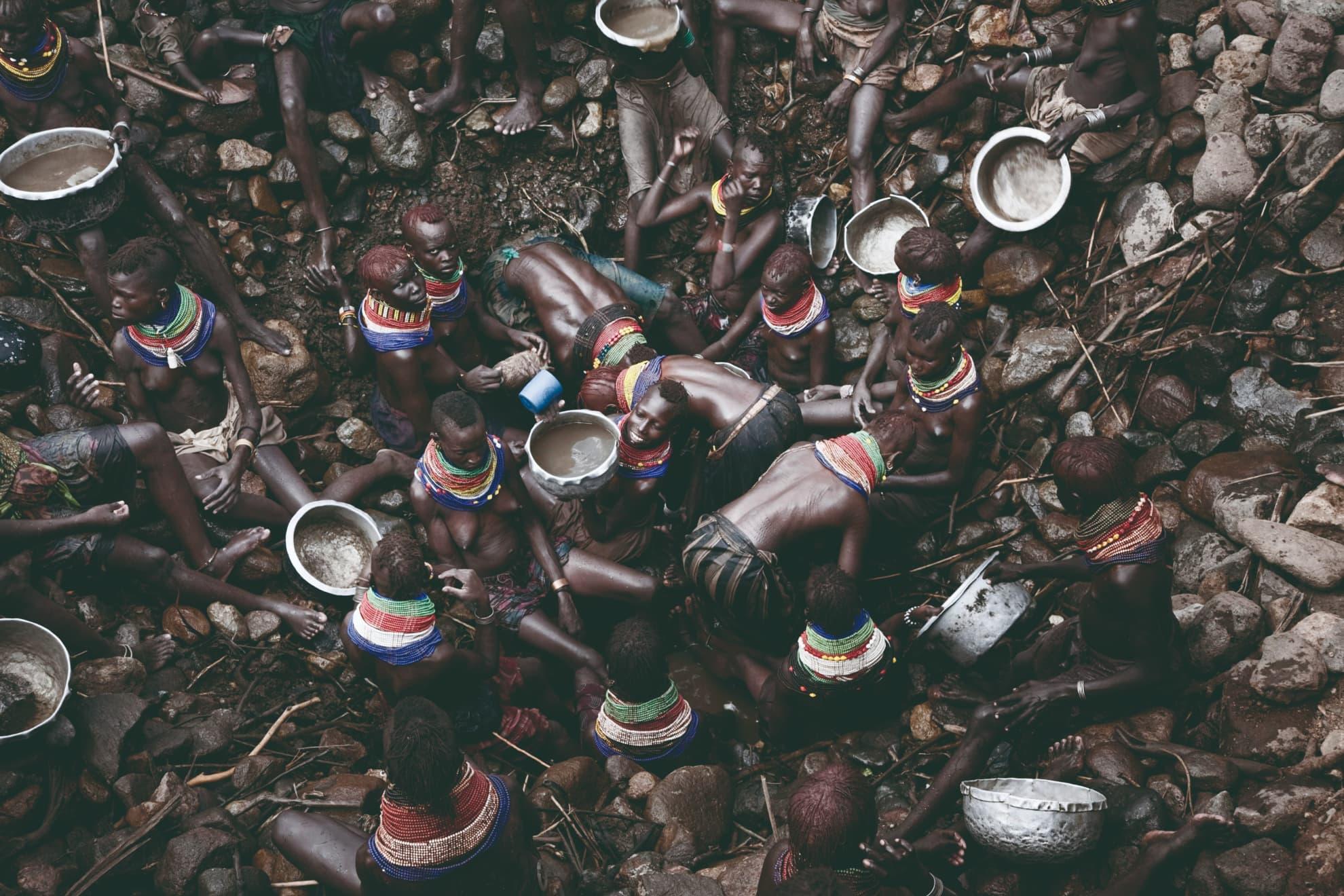 Mujeres turkana obtienen agua para personas y ganado de un pozo casero de 20 metros de profundidad, en la aldea de Kaitede, región de Turkana, en Kenia. Octubre de 2009.