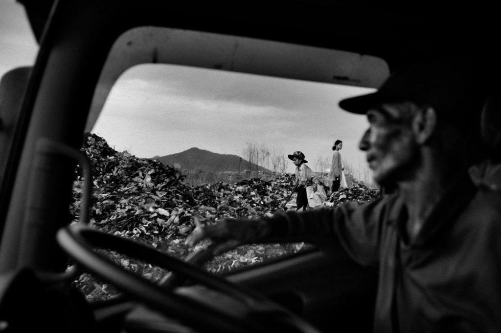 La basura, una vez cribada en la planta de reciclaje local, llega al vertedero, entre seis y diez veces al día.