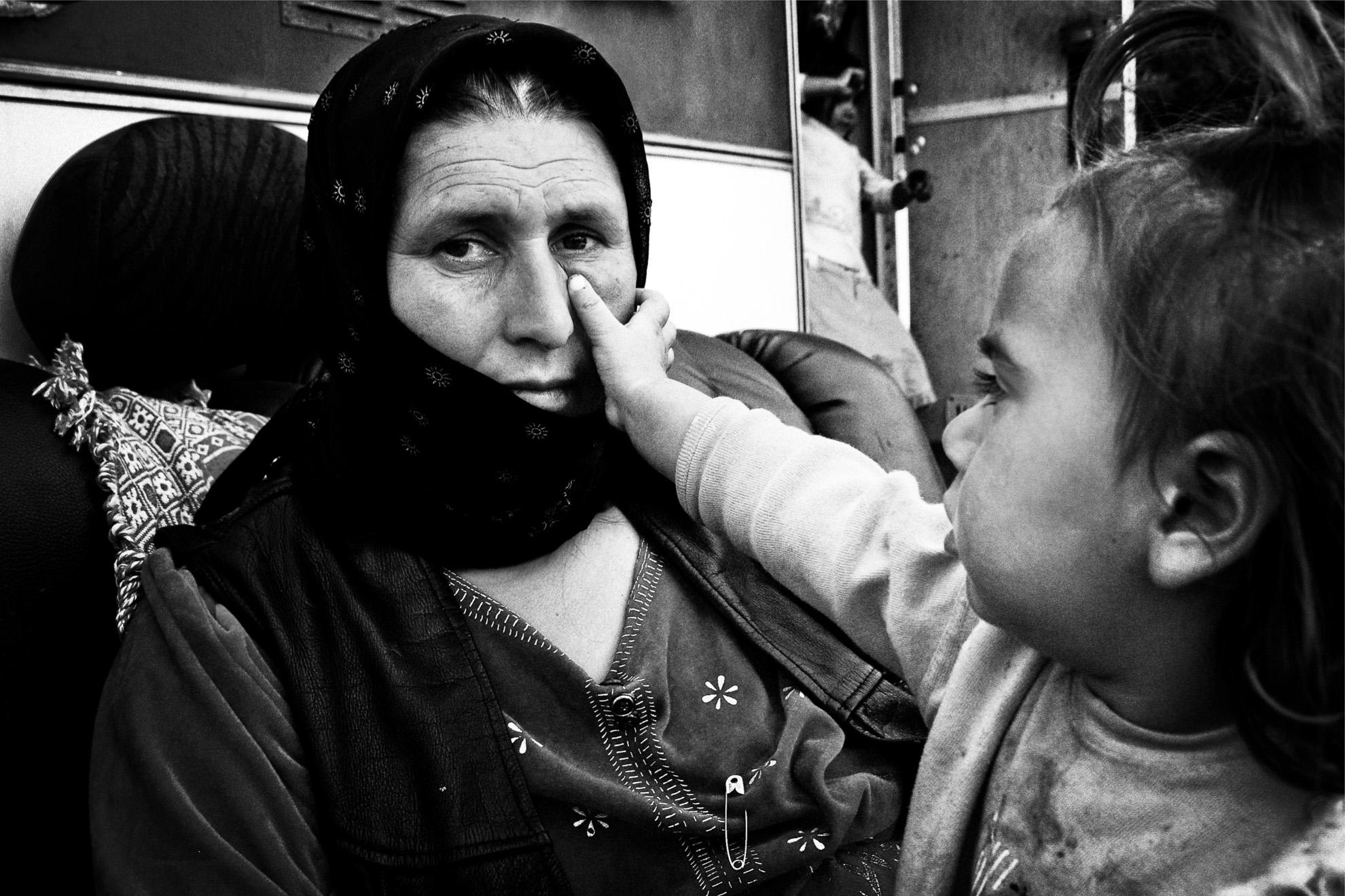 Irina, a la espera de partir a Rumania con su familia. Tras recibir la orden de expulsión, la tensión del momento ha generado una violenta trifulca con su consorte en la que Irina ha sufrido varias agresiones.