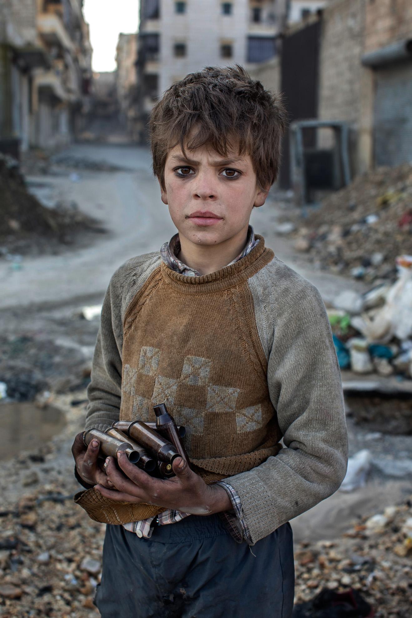 Alepo, Siria. 14-01-2013. A sus nueve años, Alladin recoge munición usada cerca de la línea del frente en Alepo para vender el metal.