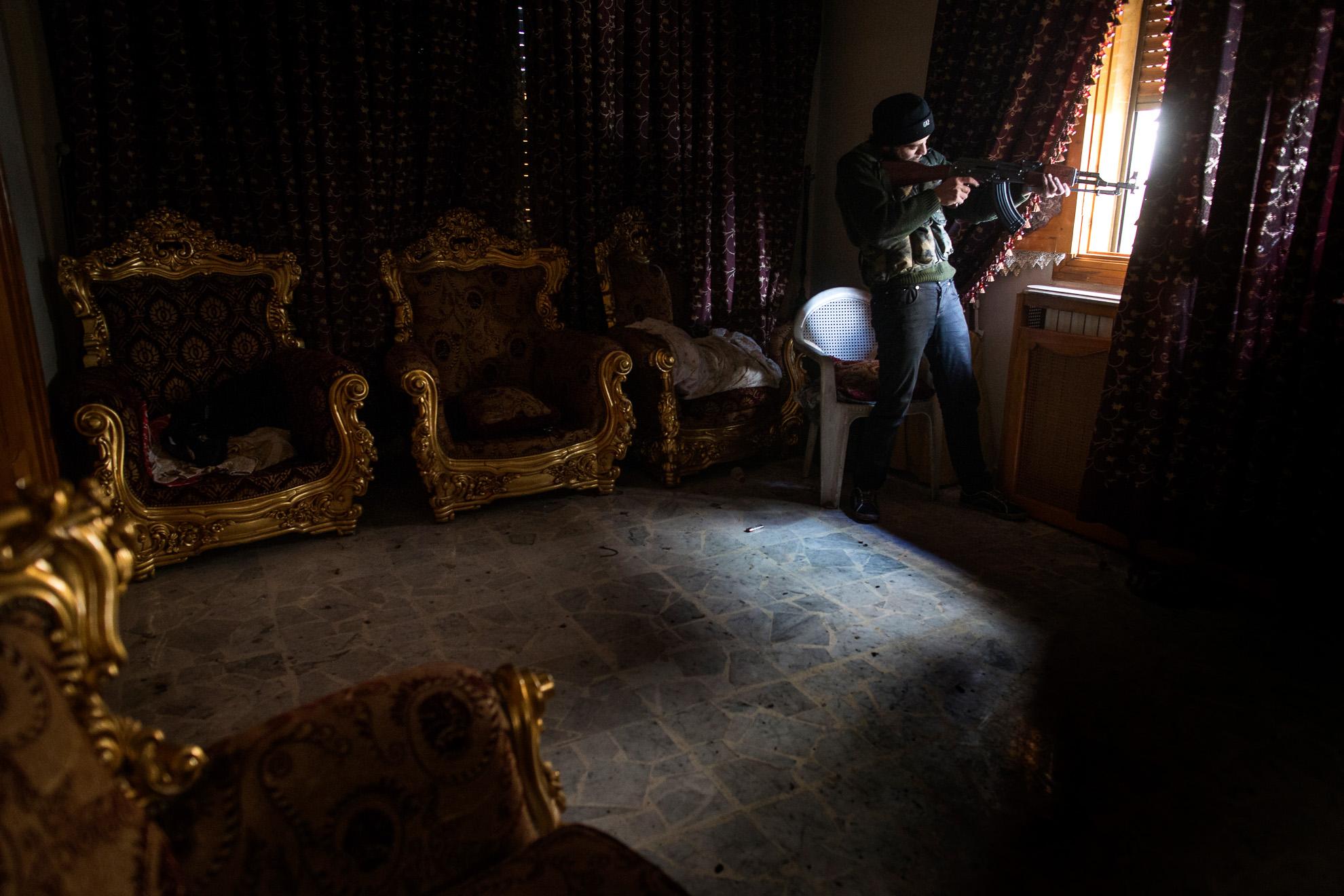 Alepo, Siria. 13-01-2013. Un combatiente del Ejército Libre de Siria apunta con su arma de fuego en el barrio de Saif al- Dawlah en Alepo.
