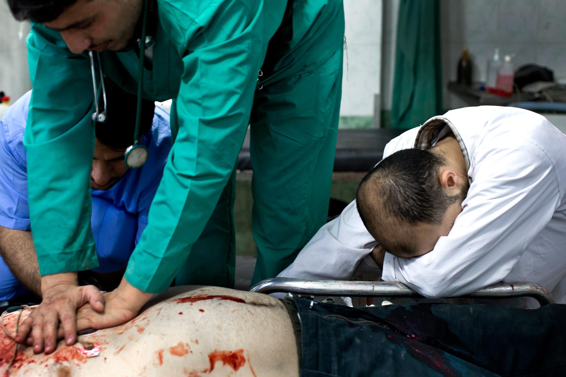 Alepo, Siria. 15-10-2012. Omar, de 31 años, un soldado del Ejército Libre de Siria, llegó al hospital a las 13:49 con una herida de bala en el pecho. Nueve minutos más tarde fue declarado muerto.