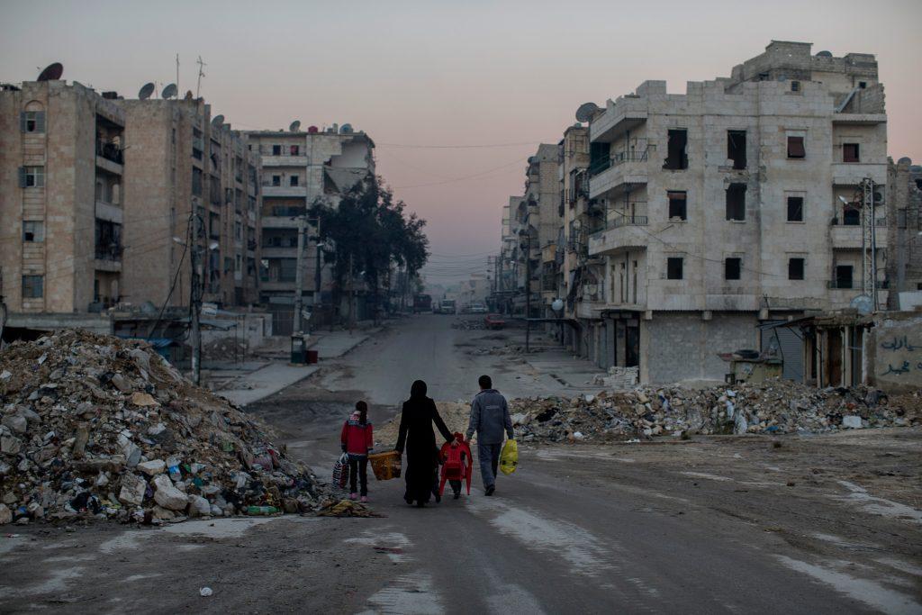 Alepo, Siria. 15-01-2013. Una familia camina por las calles vacías de Alepo. Tratan de vivir una vida en una ciudad desgarrada por la guerra.