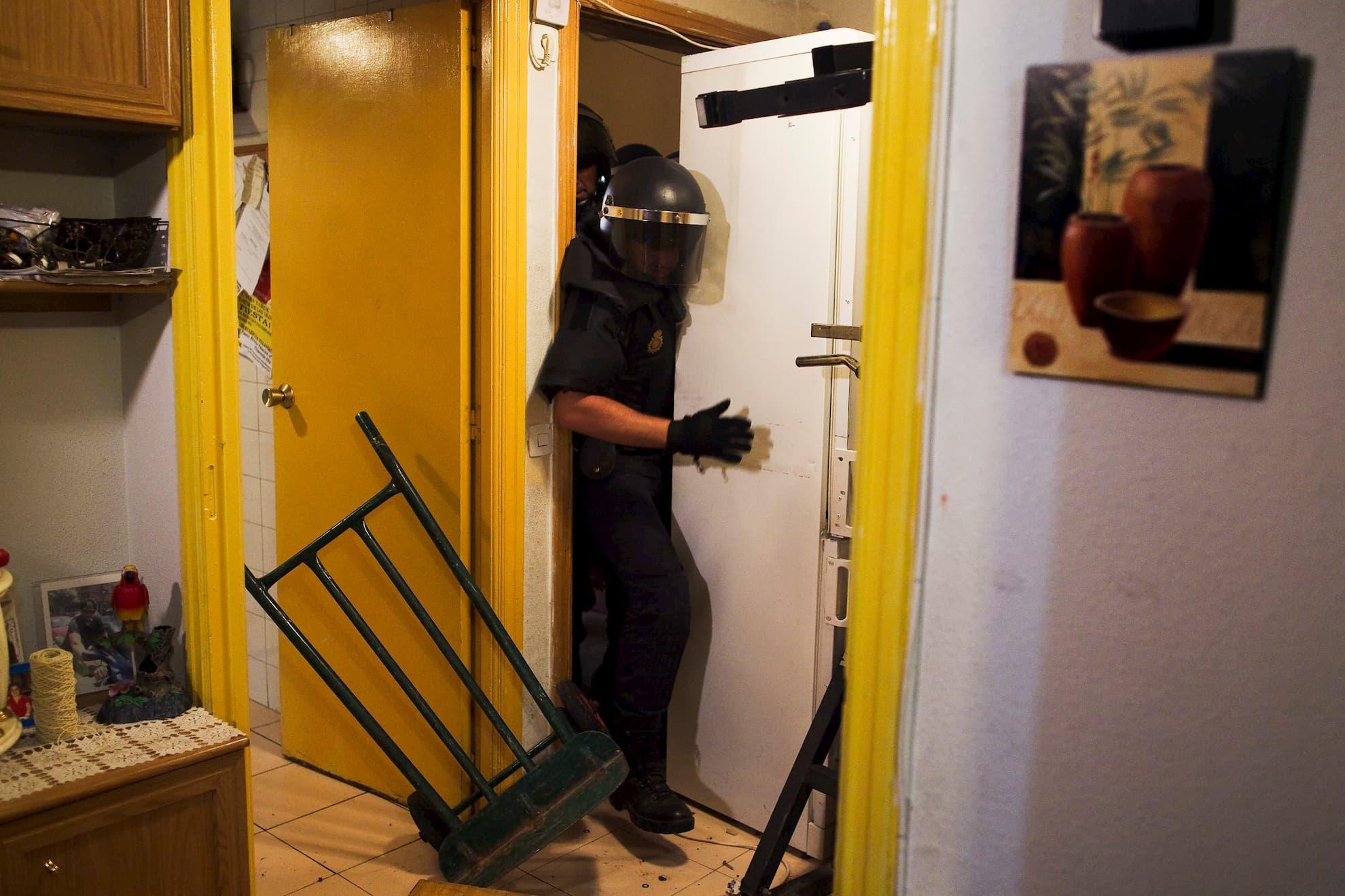 La policía irrumpe en la vivienda de Maria Isabel Rodríguez Romero para desahuciarla junto a su familia en Madrid, el miércoles 25 de septiembre de 2013. Romero y los seis miembros de su familia han estado viviendo en un piso de la EMVS (Empresa Municipal de la Vivienda y Suelo) durante 24 años y tenían una deuda de 1.200 euros.