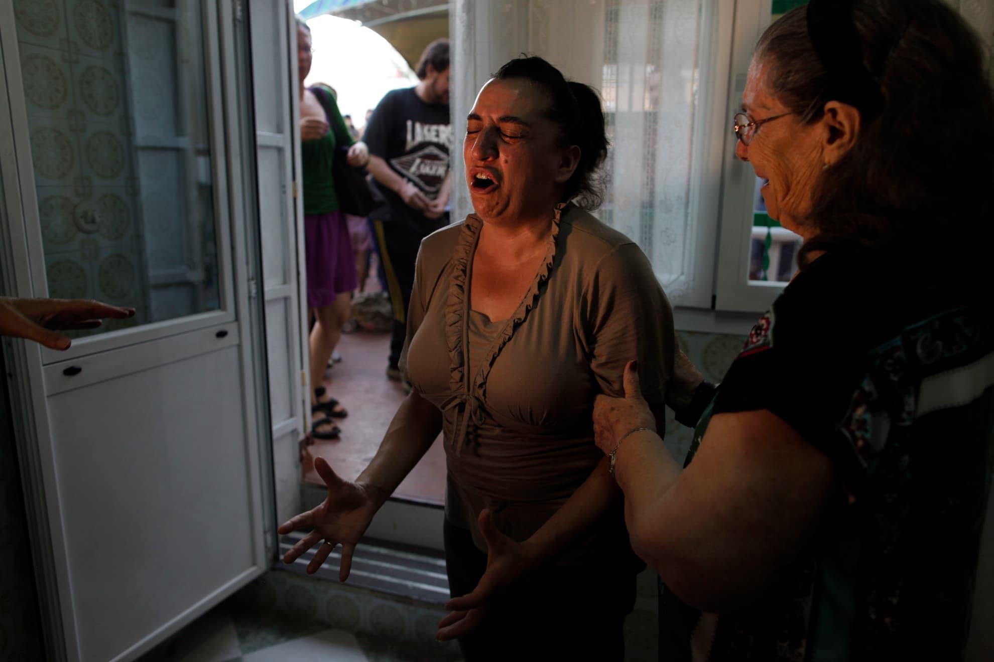 Luisa González llora ante el aplazamiento del desahucio de su familia y de la demolición de su casa, tras una expropiación forzosa que, según ella, es consecuencia de la especulación inmobiliaria para construir nuevos pisos, con la excusa de que la casa interfiere con el Plan de Ordenación Urbana de Madrid. Miércoles, 14 de agosto de 2013.
