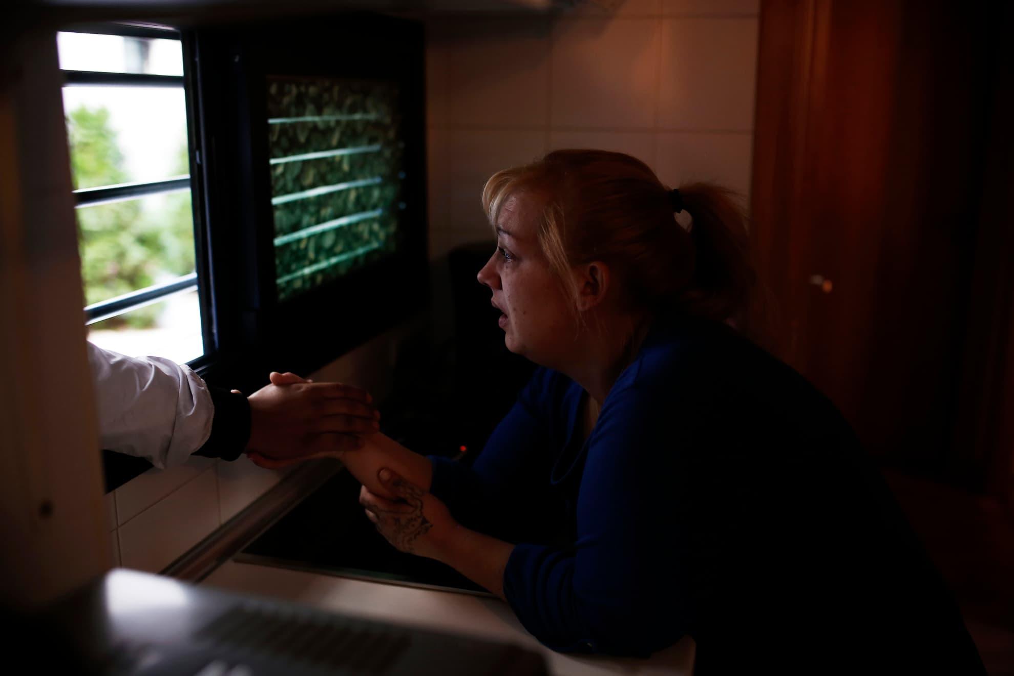Verónica Ariza llora mientras sujeta la mano de su marido y se encierra en su apartamento durante su desahucio en Madrid, el lunes 25 de noviembre de 2013. Hace 15 meses que dejaron de pagar a Bankia la renta del piso, cuando él se quedó sin trabajo, y ahora deben 12.000 euros.