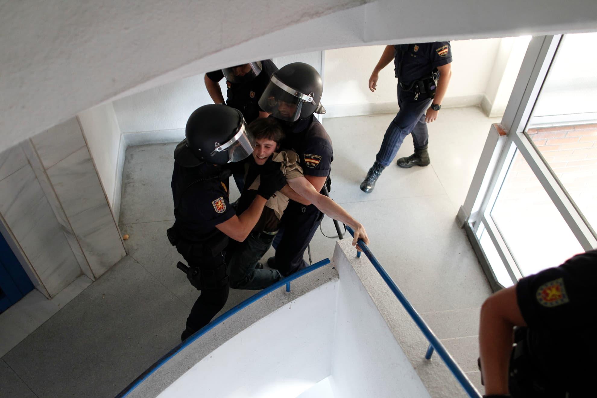 La Policía desaloja a los activistas que tratan de impedir el desahucio de Susana Montoya en Madrid el miércoles 24 de julio de 2013. Montoya y su marido tienen tres hijos y desde hace un año ocupan un piso de la Empresa Municipal de la Vivienda, al no poder permitirse pagar un alquiler.