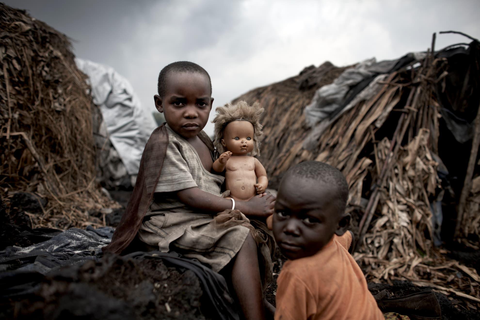 Niños desplazados esperan fuera de sus hogares provisionales en el centro internacional de personas desplazadas de Mugunga 1, que alberga a unas 10.000 personas en Goma, Kivu Norte, República Democrática del Congo. Los niños y niñas sufren más que otras personas a causa del conflicto. En la República Democrática del Congo, 5.400.000 seres humanos han perdido la vida en los últimos 10 años y, desde 2004, los niños y niñas han supuesto el 47 % de las muertes, debidas principalmente a la malaria, la diarrea, la neumonía, la malnutrición y otras enfermedades prevenibles.
