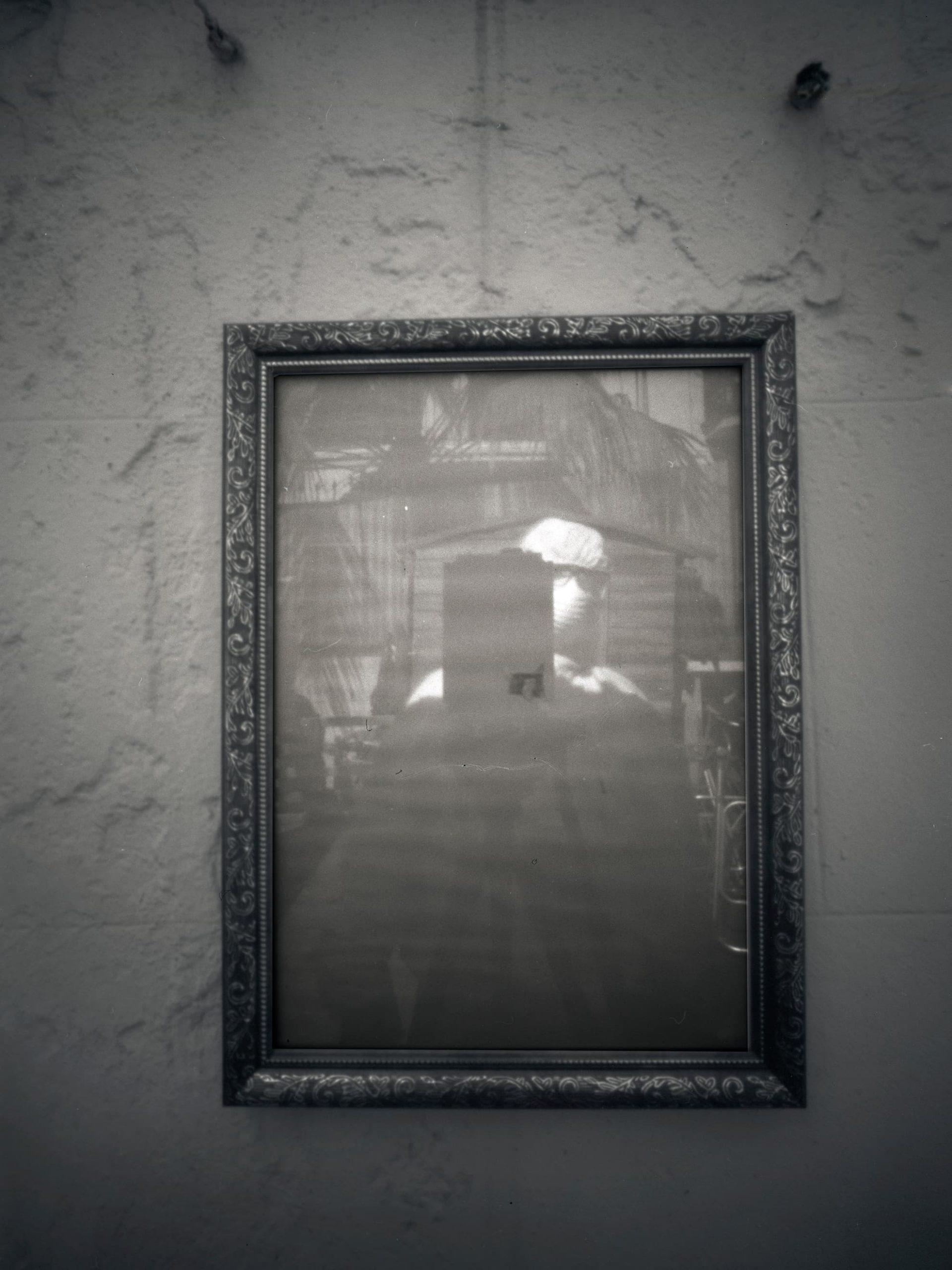 """Trabajo sobre la """"Memoria y el COVID-19"""", realizado con cámara estenopeica de gran formato 9x12 analógico./ Agradecer> De gradecer. Conjug. modelo. 1. tr. Sentir gratitud. 2. tr. Mostrar gratitud o dar gracias. 3. tr. Dicho de una cosa: Corresponder al trabajo empleado en conservarla o mejorarla./ """"El verdadero perdón es cuando puedes decir: 'Gracias por esa experiencia'"""". – Oprah Winfrey –Hay muchas frases de agradecimiento que nos haría entender lo importante que hay en ese sentimiento. A veces, en esta pandemia, la gratitud solo la hemos entendido momentáneamente, sobre todo cuando hemos estado en situaciones complicadas, que lo hemos estado. Pero ahora parece, que está todo superado, y no recordamos lo que hemos, y les ha ocurrido a otros. Es un sentimiento de ceguera el que nos impide ver la realidad de las cosas. Es de gran valor apreciar muchas cosas a las que solo les damos importancia cuando carecemos de ellas, ahora un poco en la distancia analizo, y me doy cuenta de haber visto pequeñas acciones que resultan definitivas para que cambien las cosas. Muchas personas y colectivos marcan la diferencia en pequeñas y grandes acciones. ¡Toca agradecer a mis compañeros de casa, por su aguante! ¡A mi compañera Martina, por su comprensión! ¡A los compañeros de trabajo, por haber ayudado a crear un proyecto tan guapo como Covid Photo Diaries, ¡gracias por contar conmigo! Al portero de aquel piso que me dio agua, ¡grande! A ese taxista que me dio conversación cuando estaba el silencio apoderándose de mí. Obviamente a todo mis familiares, por hablar todos los días conmigo, y un largo etc. Todos ellos han hecho mejor este proceso que no olvidaremos, o al menos yo no olvidaré."""